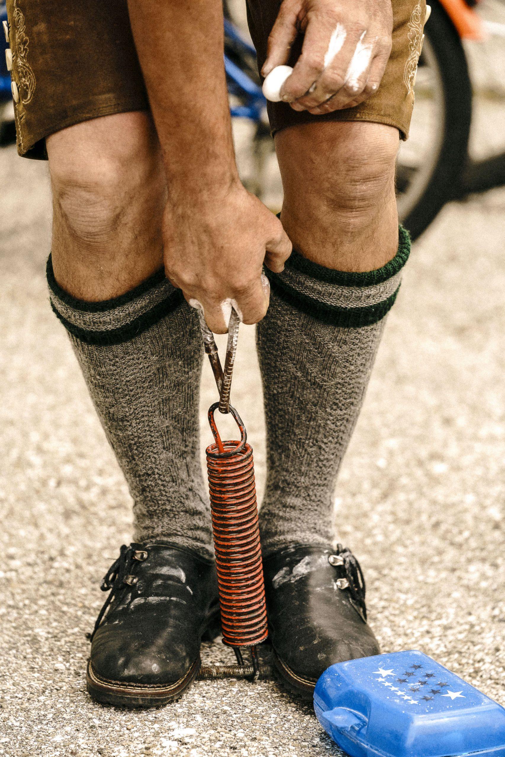 Ein Fingerhakler trainiert an einer alten Garagentorfeder.