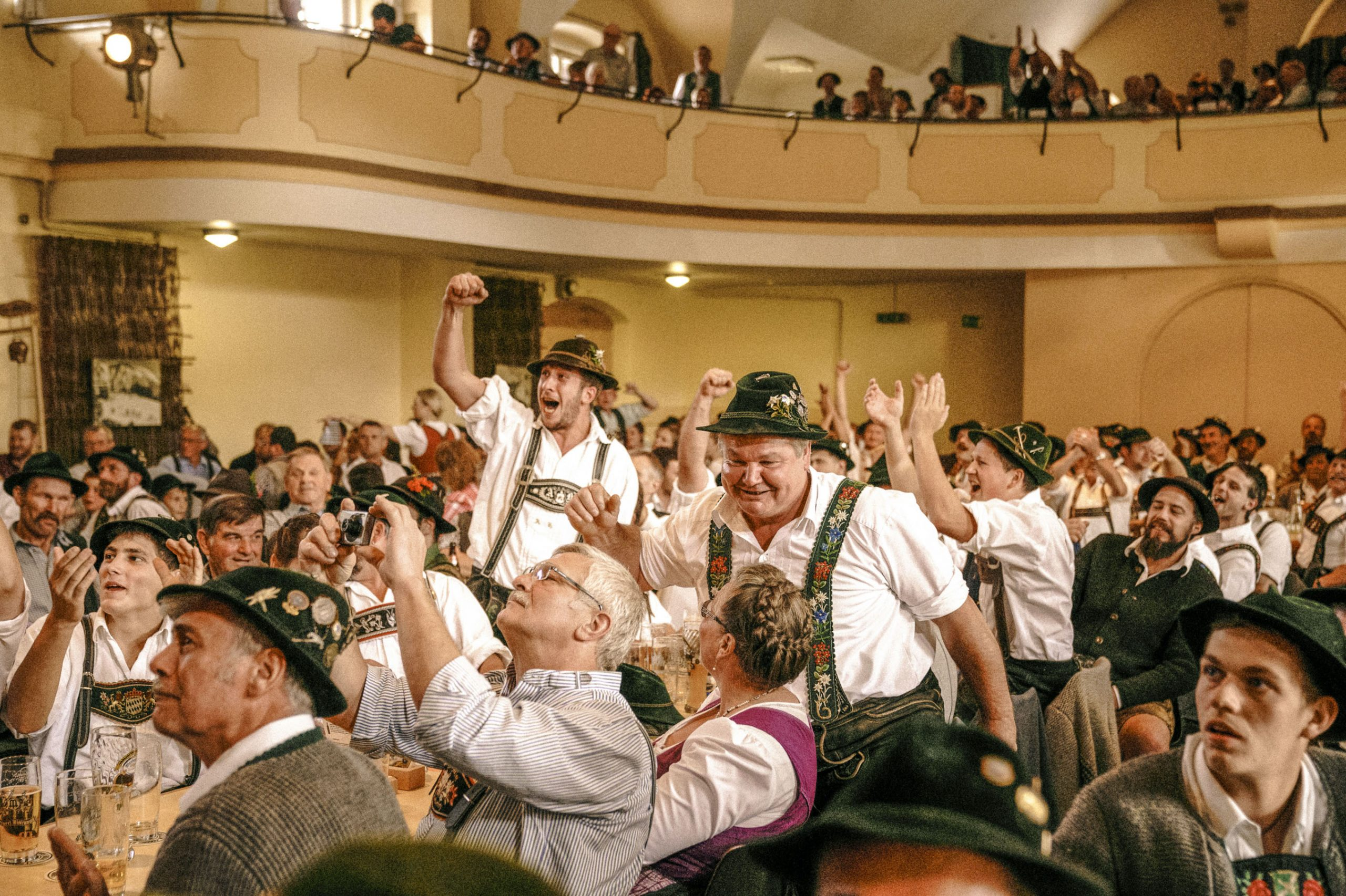 Jubelndes Publikum beim Fingerhakeln.