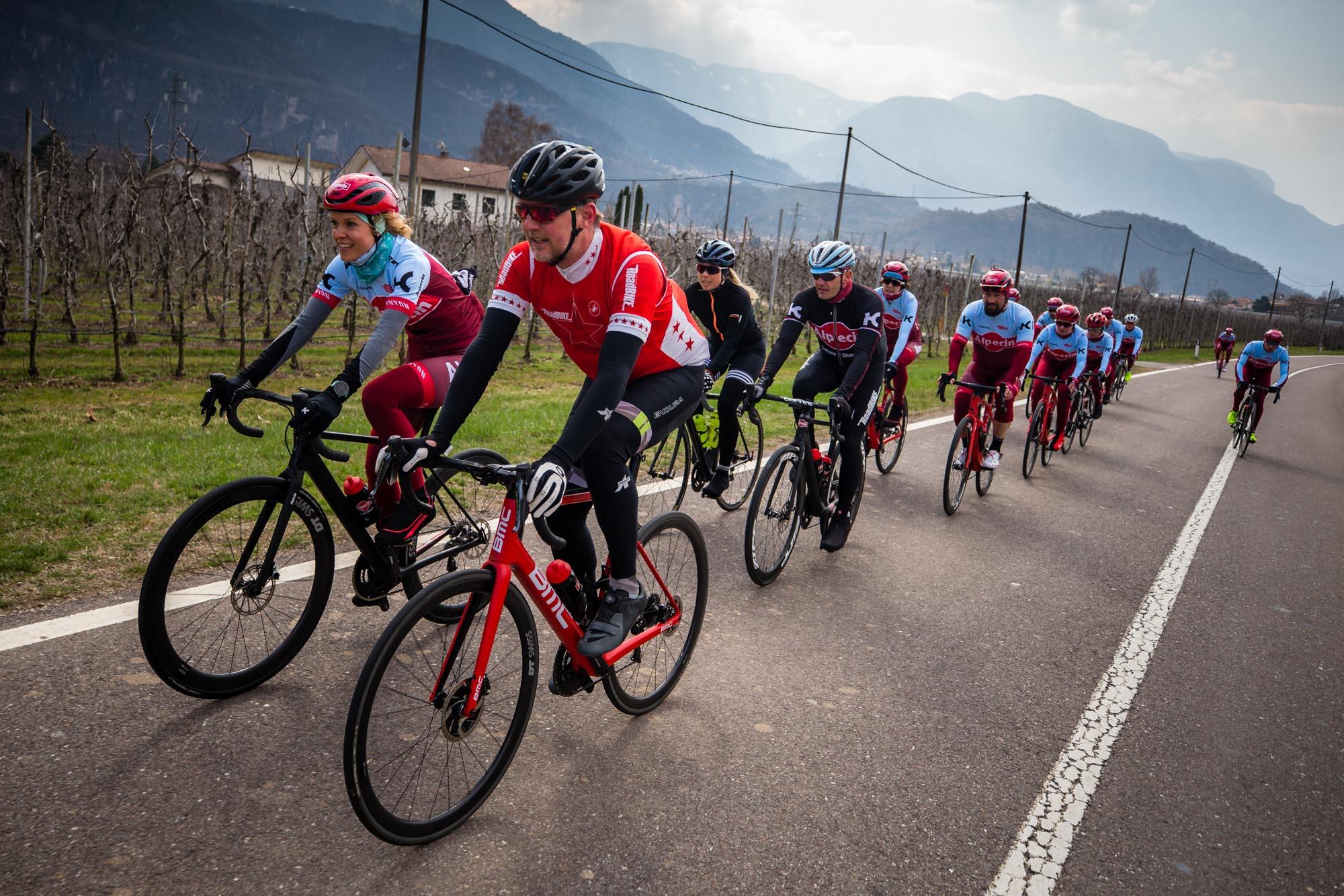Annika Zimmermann und Jens Vögele beim Rennradfahren in einer Trainingsgruppe