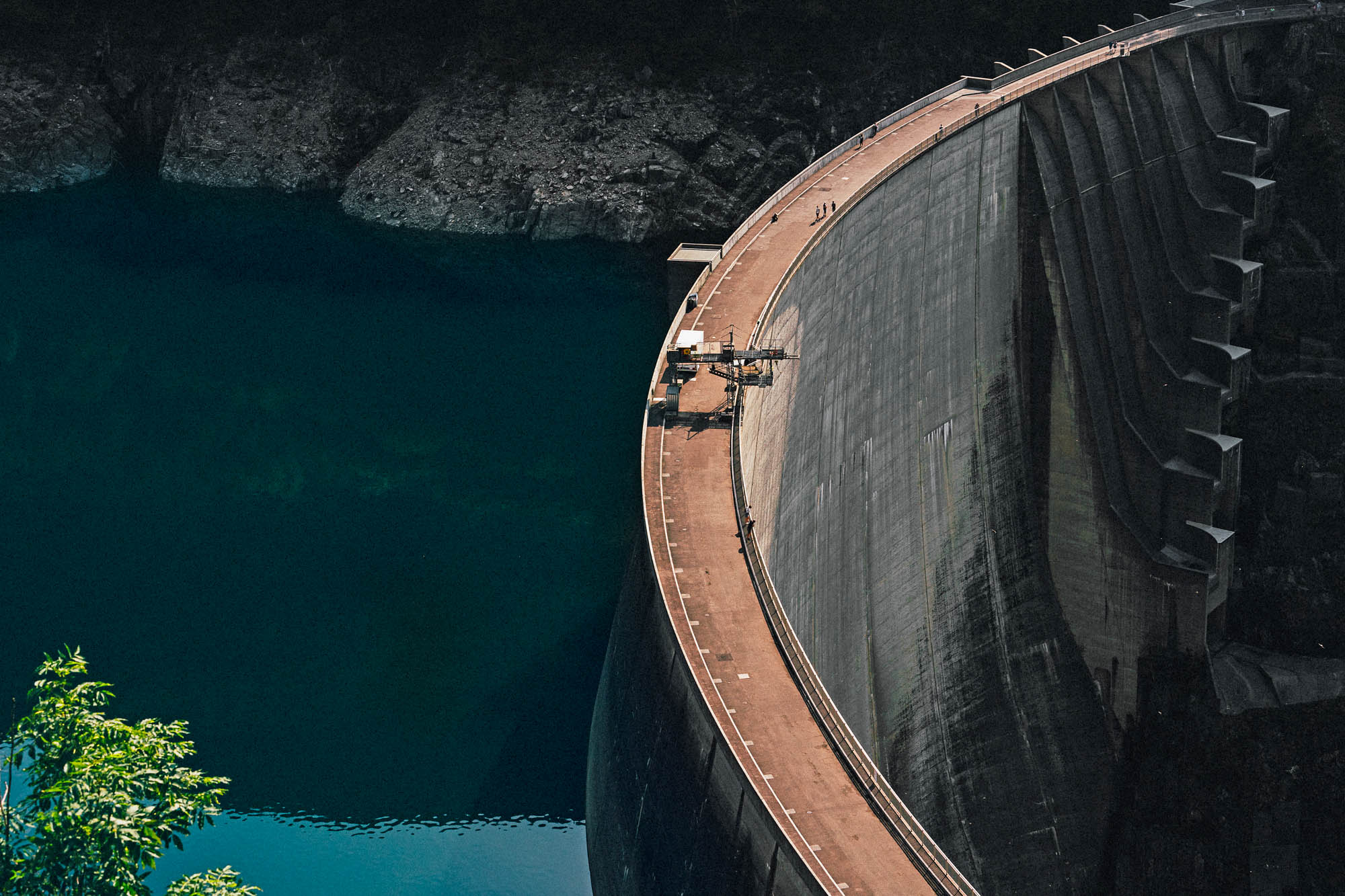 Der Verzasca-Staudamm mit einer der höchsten Bungeesprunganlage der Welt