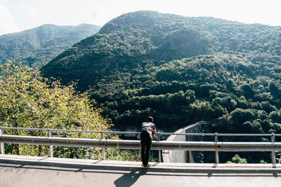 Blick von oben auf den Verzasca Staudamm
