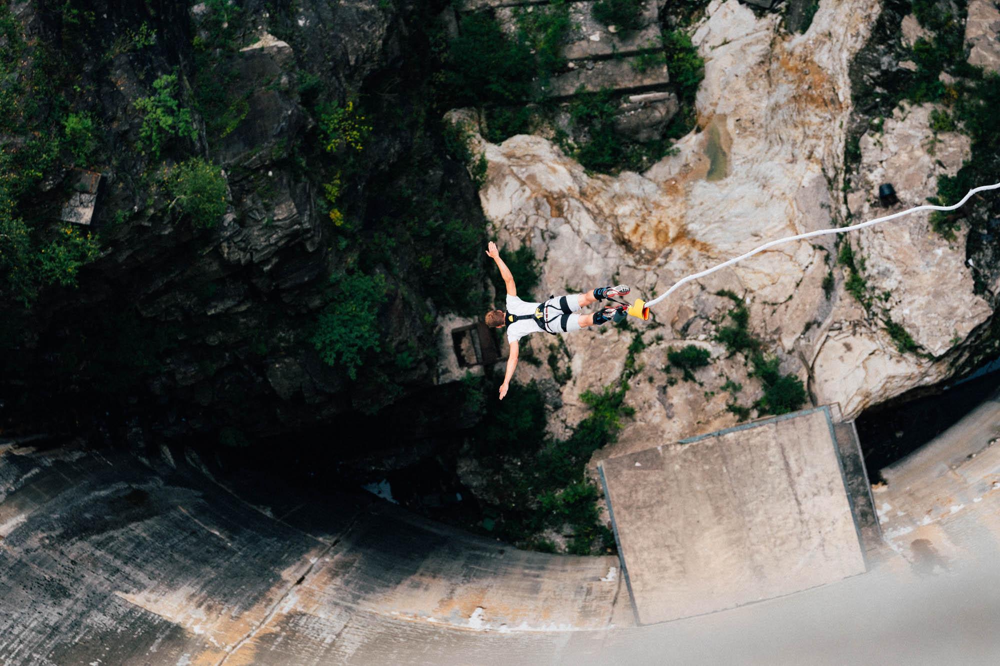 Ein Bungeespringer stürzt sich 220 Meter in die Tiefe