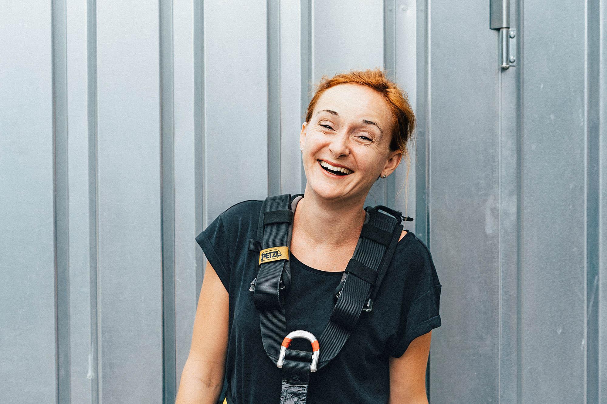 Eine glückliche und strahlende Frau nach dem Bungeesprung vom Verzasca Staudamm