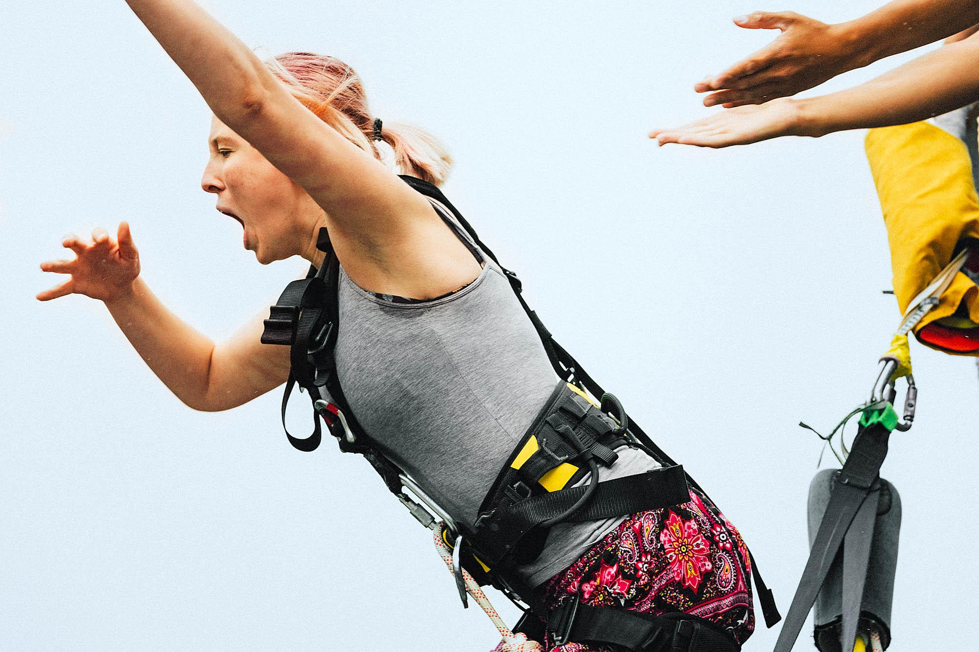 Eine Frau beim Bungee-Sprung