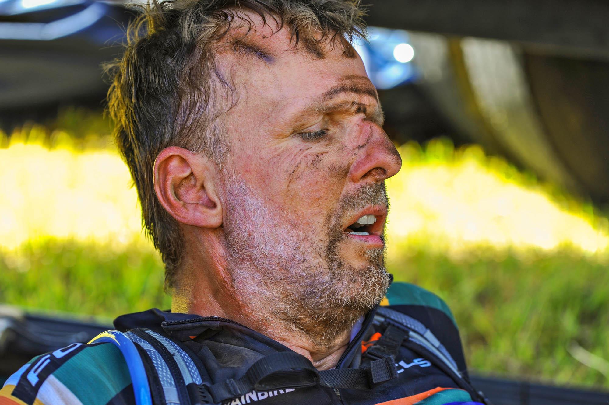 Ich liege völlig kaputt in der Hitze der ersten Cape-Epic-Etappe an einer Verpflegungsstation auf dem Boden.
