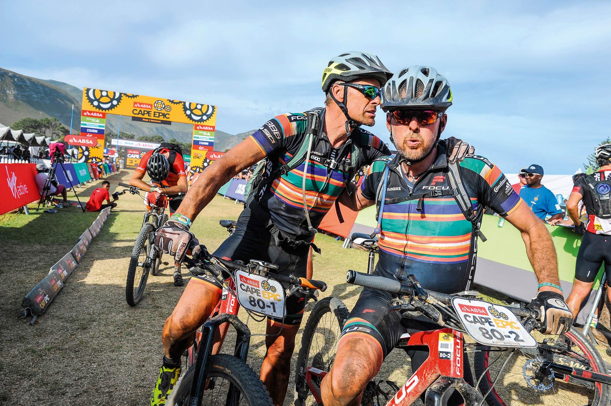 Mike Kluge und ich im Ziel der ersten Etappe beim Cape Epic.