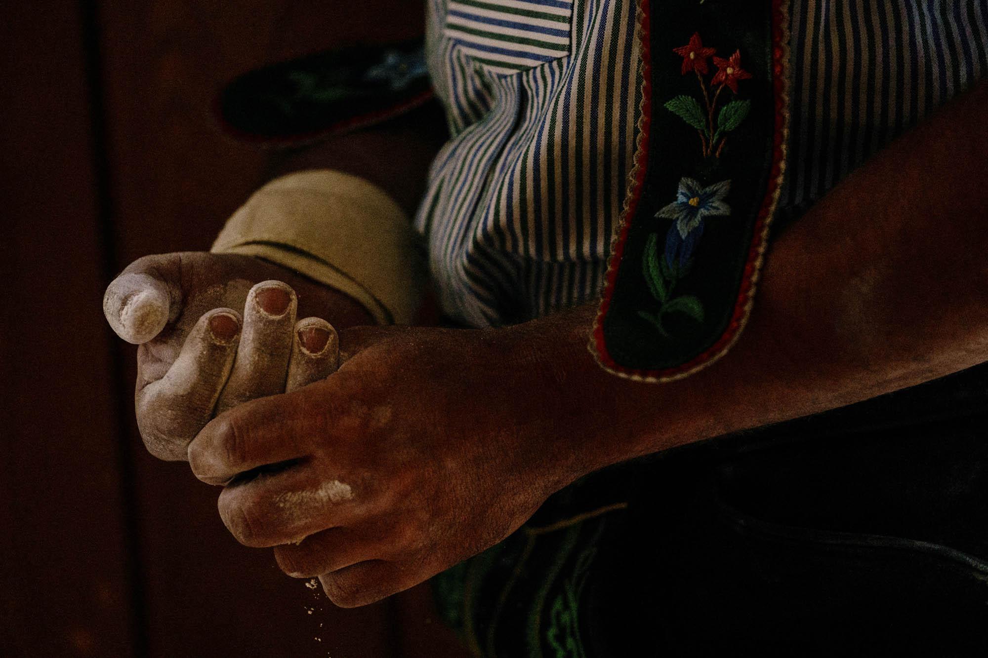 Mit Kreide eingeriebene kräftige Hände eines Fingerhaklers