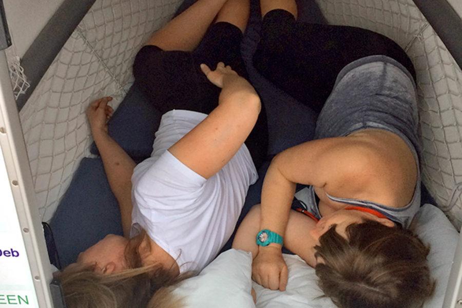 Janette Benaddi und Niki Doeg schlafen in einer engen Kabine auf dem Ruderboot