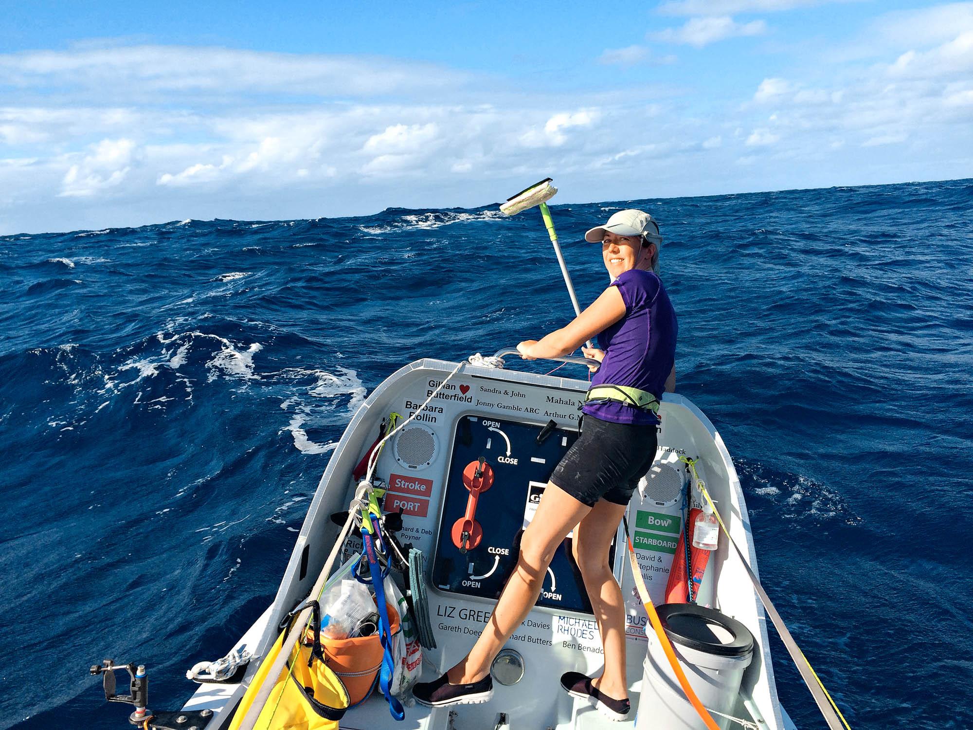 Niki Doeg putzt das Ruderboot bei hohem Seegang