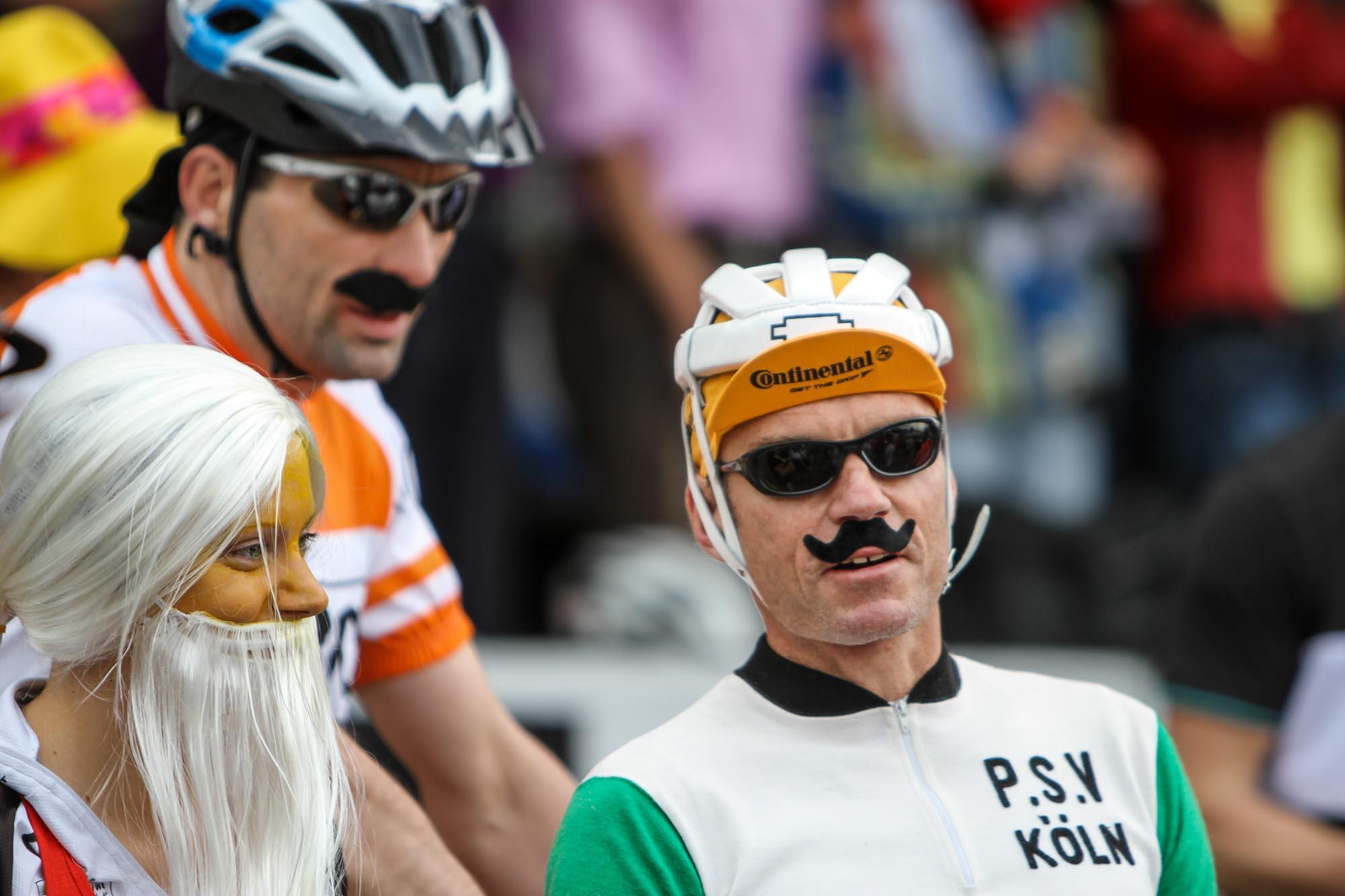 Der ehemalige Radprofi Udo Bölts trägt einen aufgeklebten Schnauzbart.