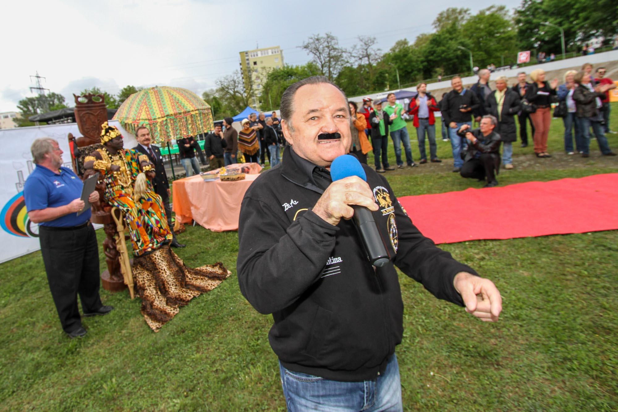 Hans Freistadt singt die World-Klapp-Hymne.
