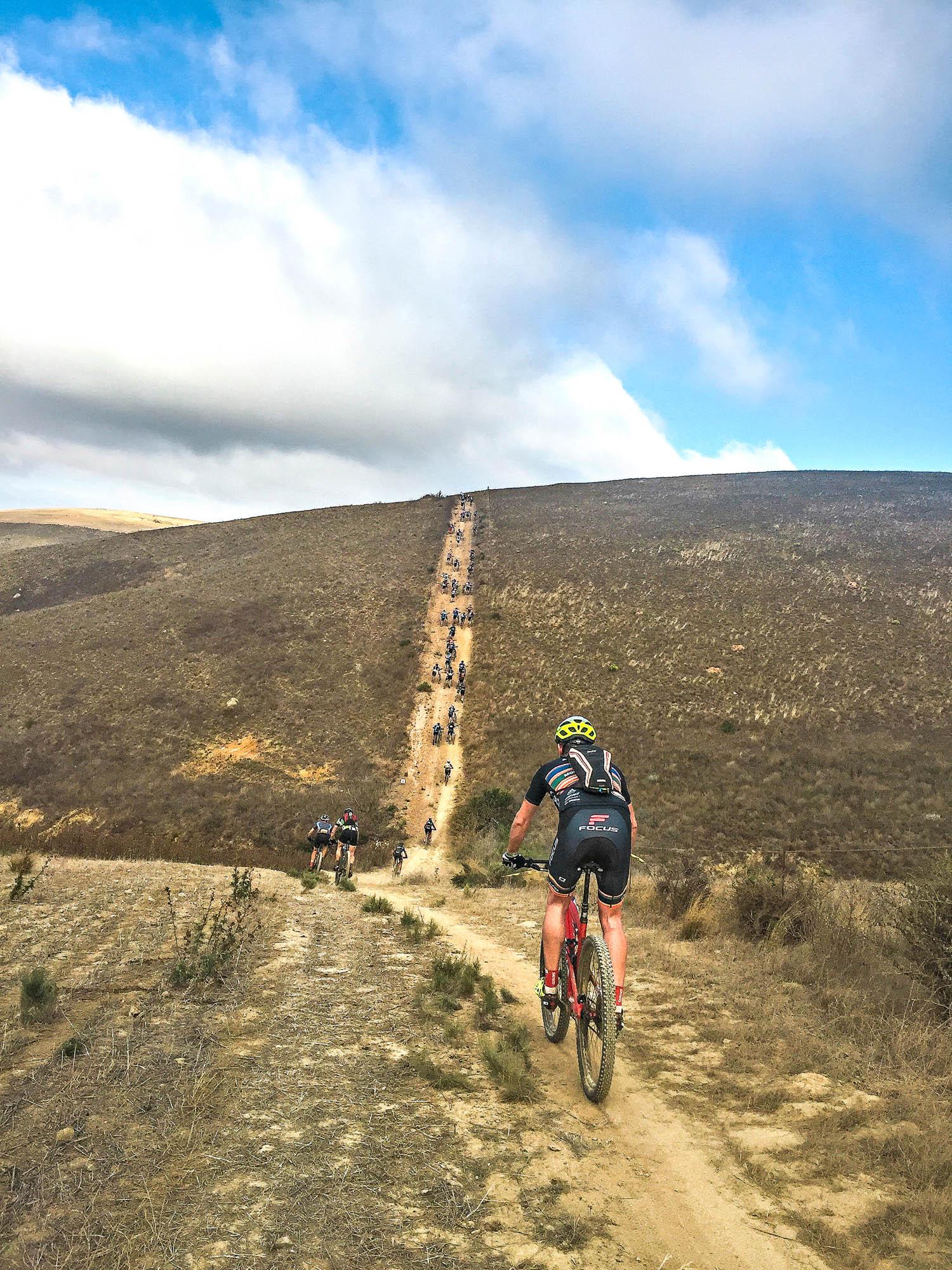 Ein langgezogener Anstieg beim Cape Epic.