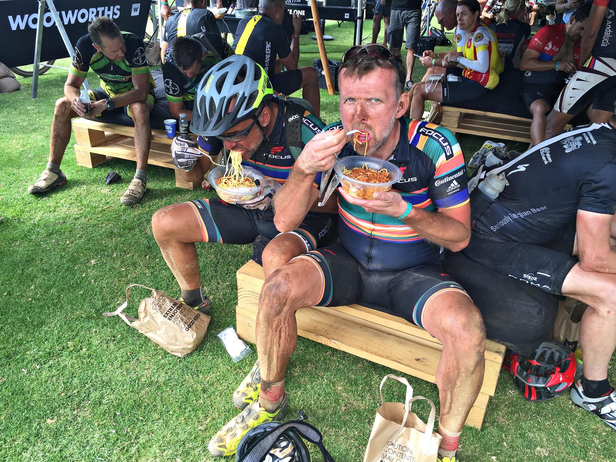 Mike Kluge und ich essen im Zielbereich einer Cape-Epic-Etappe Spaghetti.
