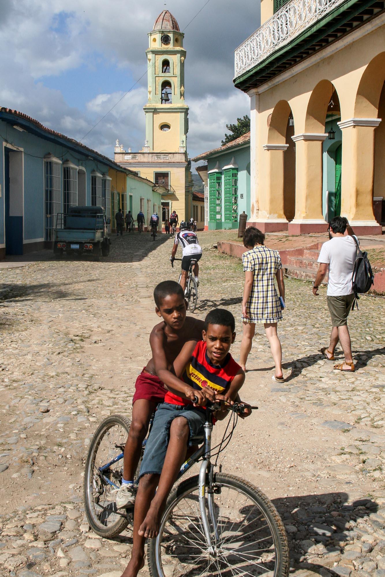 Zwei kubanische Kinder auf einem alten Fahrrad in den Straßen von Trinidad.
