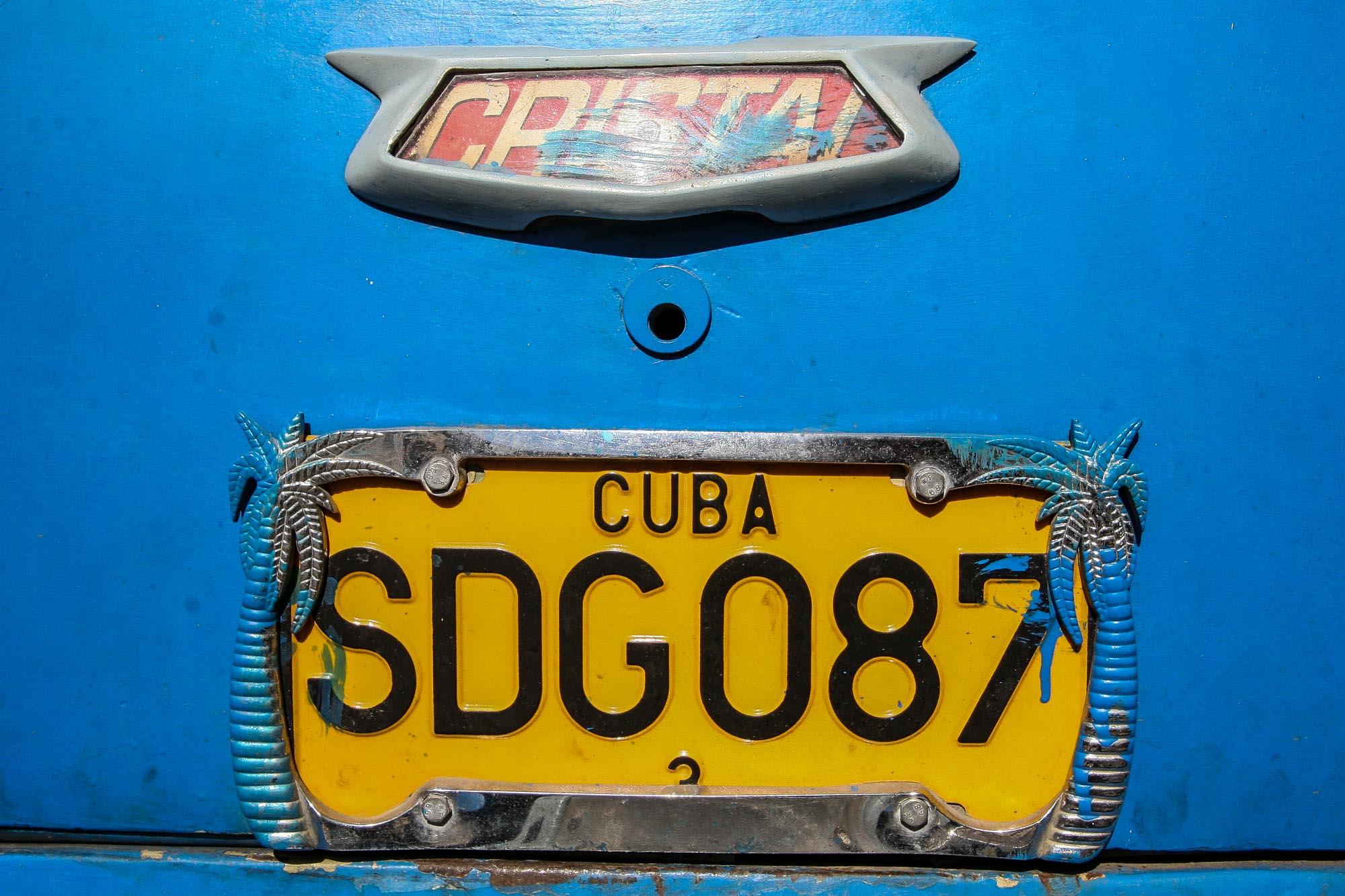 Das Nummernschild eines alten kubanischen Autos.