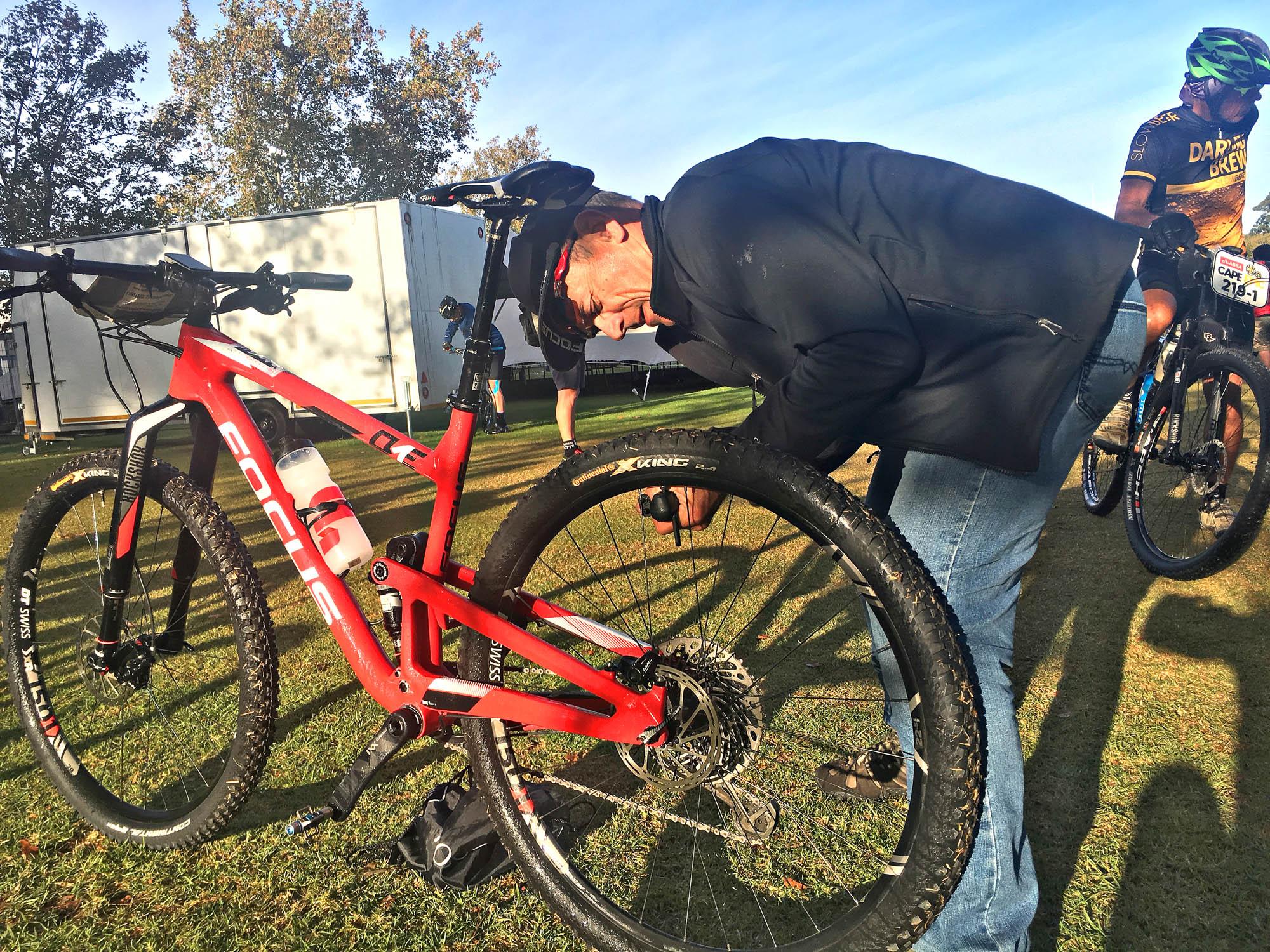 Unser Teambetreuer pumpt die Reifen unserer Mountainbikes auf.