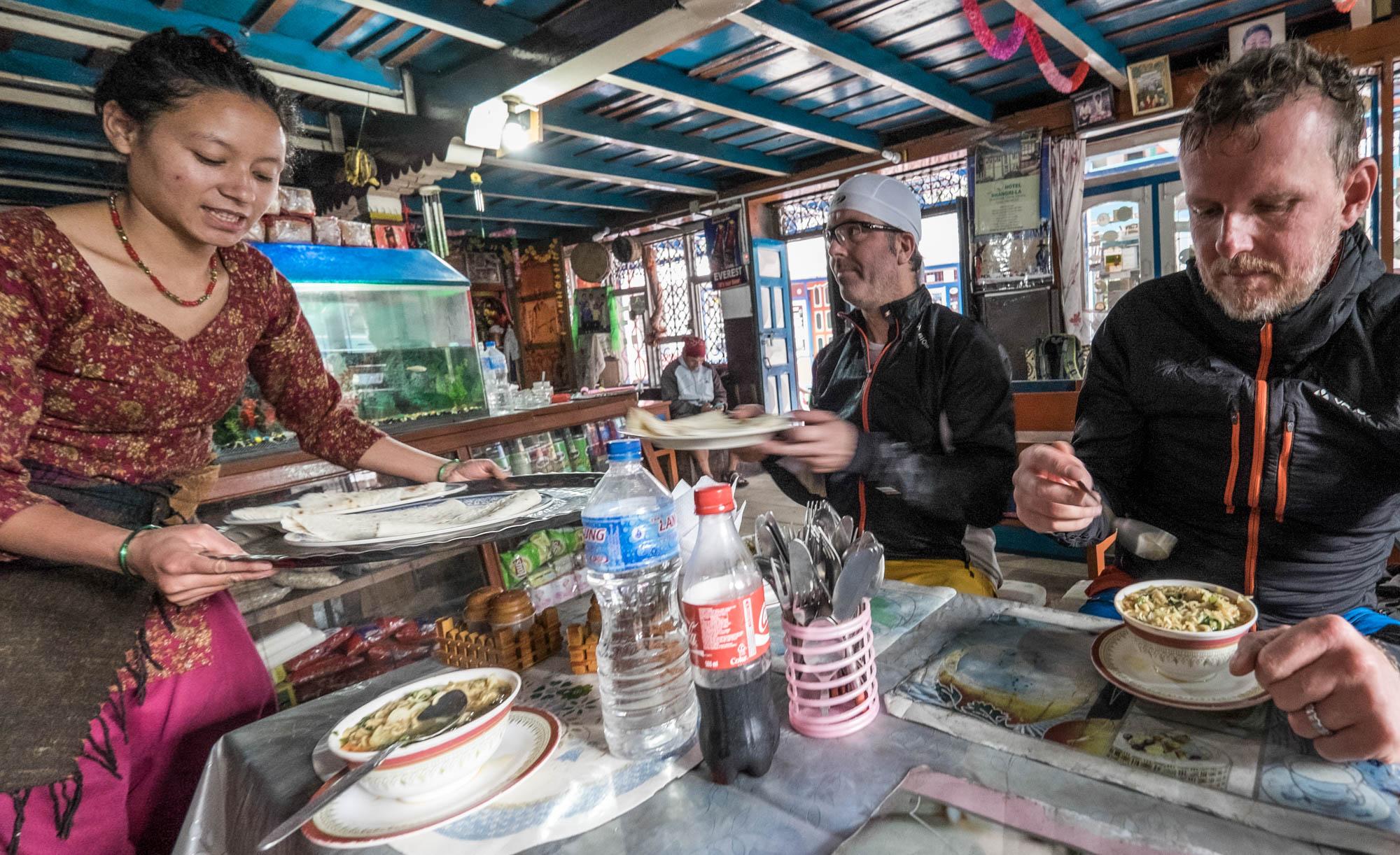 Essenspause in einer typisch nepalesischen Lodge.