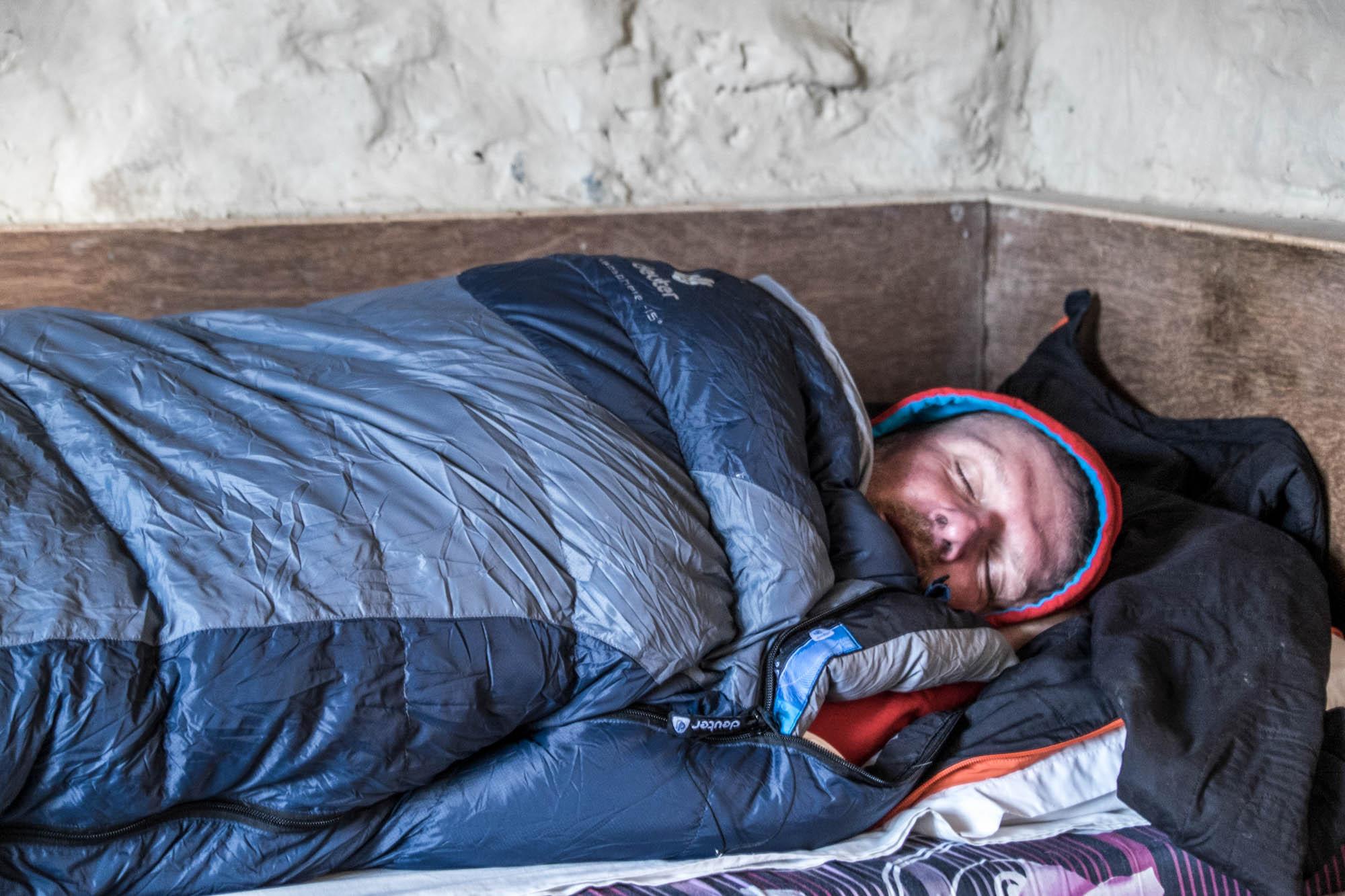 Ich schlafe dick eingepackt in einem Schlafsack