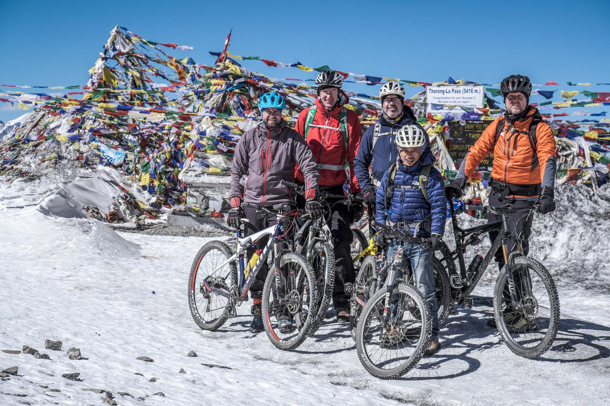 Eine Gruppe von Mountainbiker auf dem Throng-La Pass