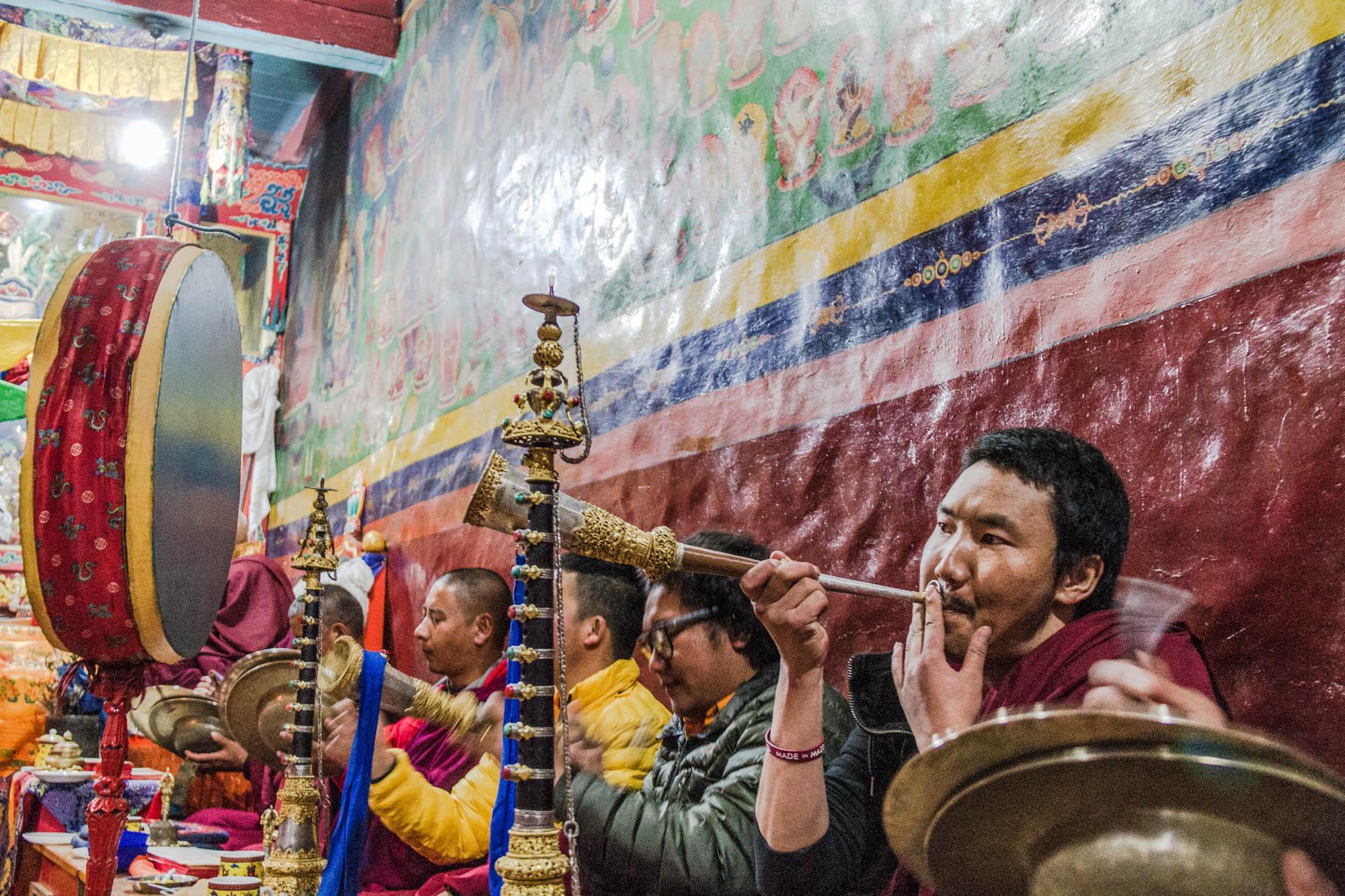 Mönche beten in einem buddhistischen Kloster