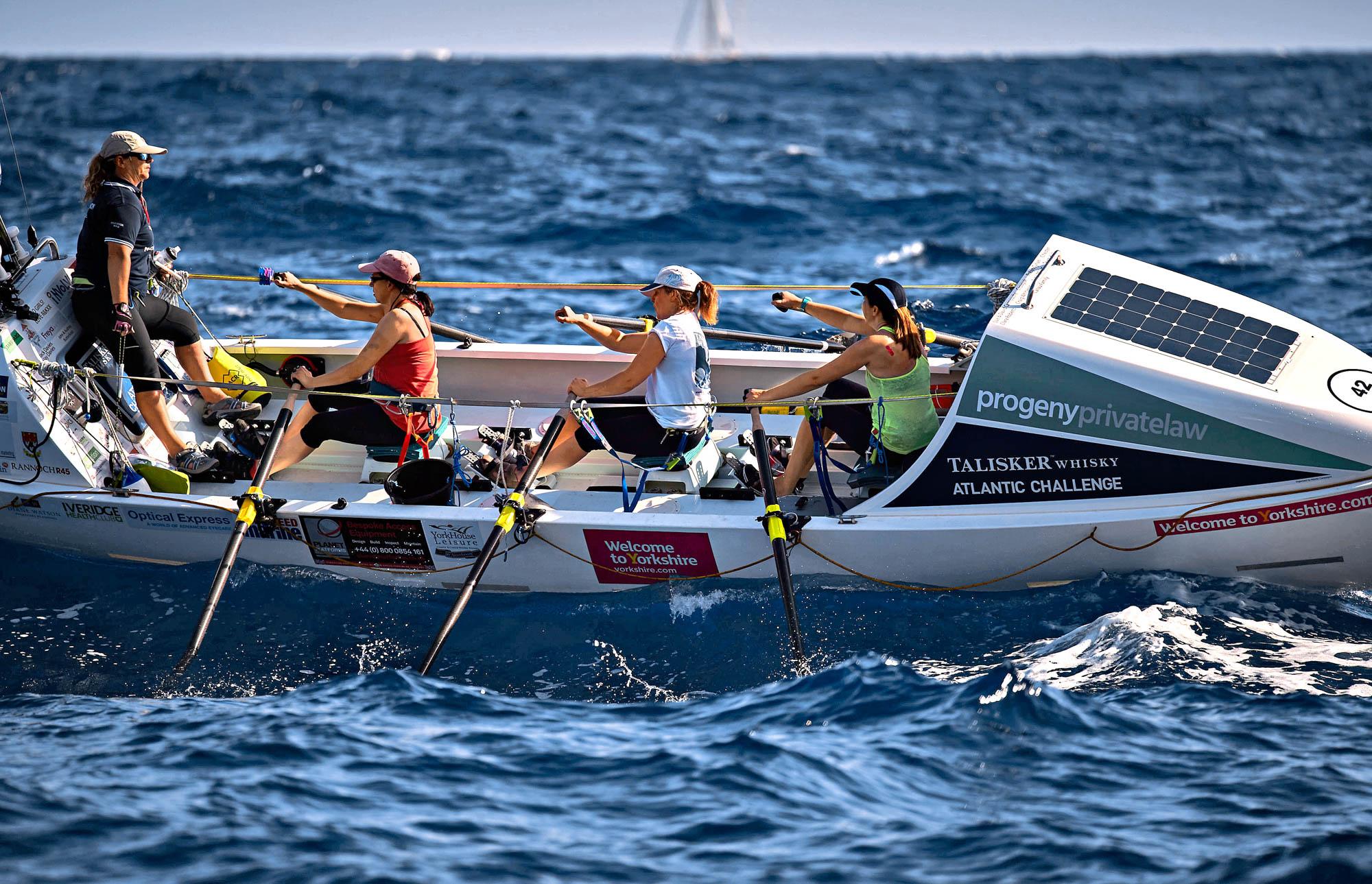 Vier Frauen rudern bei hohem Seegang im Ruderboot über den Atlantik