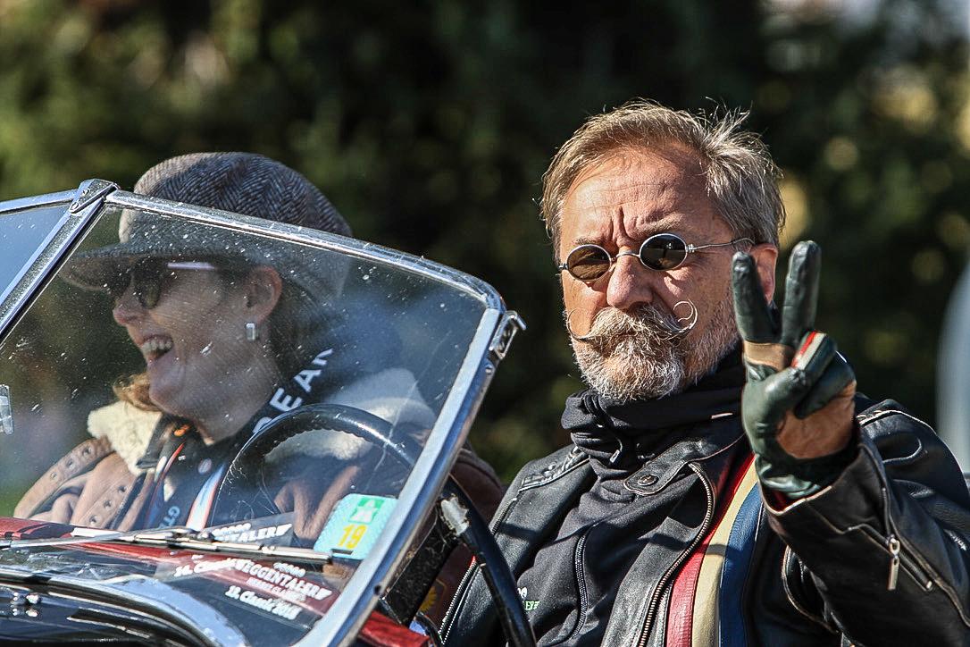 Zwei Fahrer in ihrem Oldtimer.