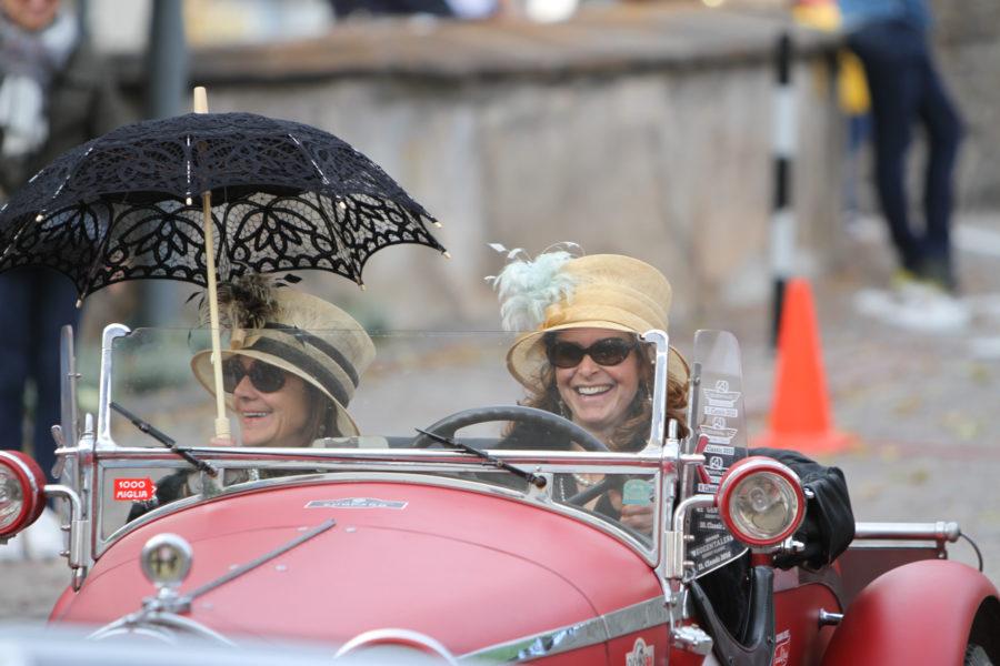 Zwei Frauen im Oldtimer mit eleganten Hüten