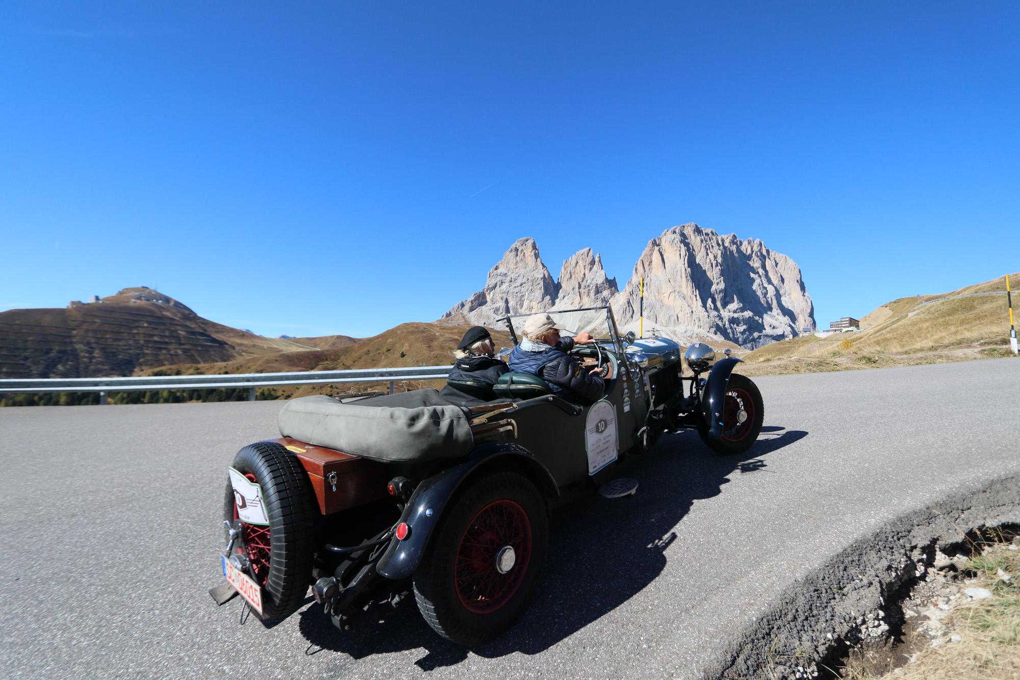 Ein Oldtimer vor Dolomitenpanorama.