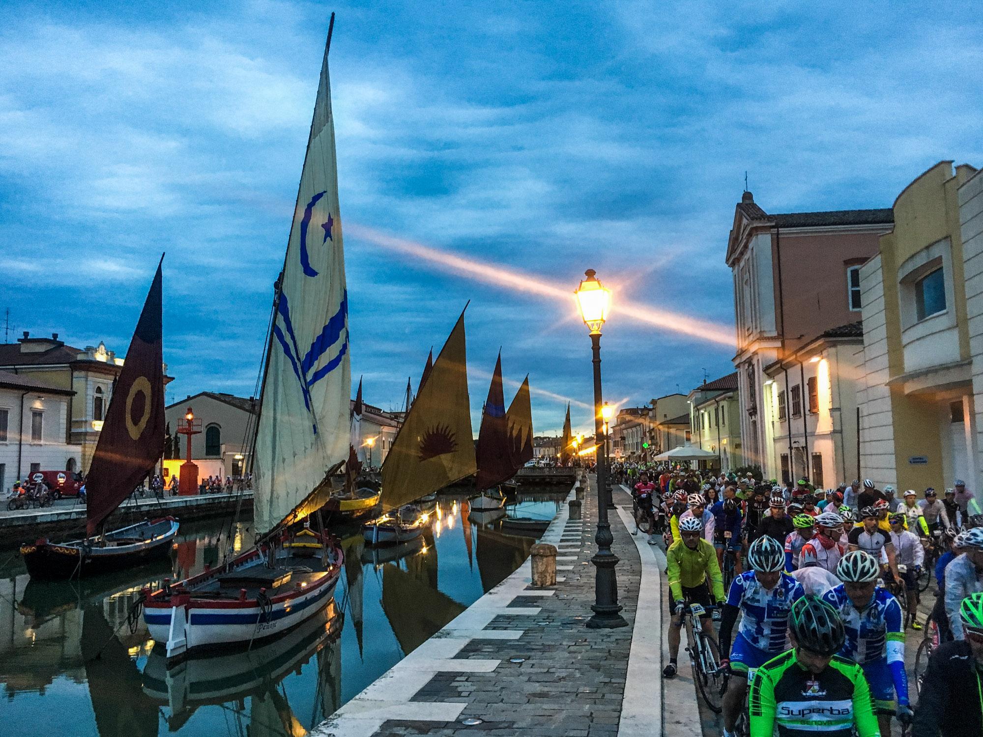 12000 Rennradfahrer am Start im Hafen von Cesenatico