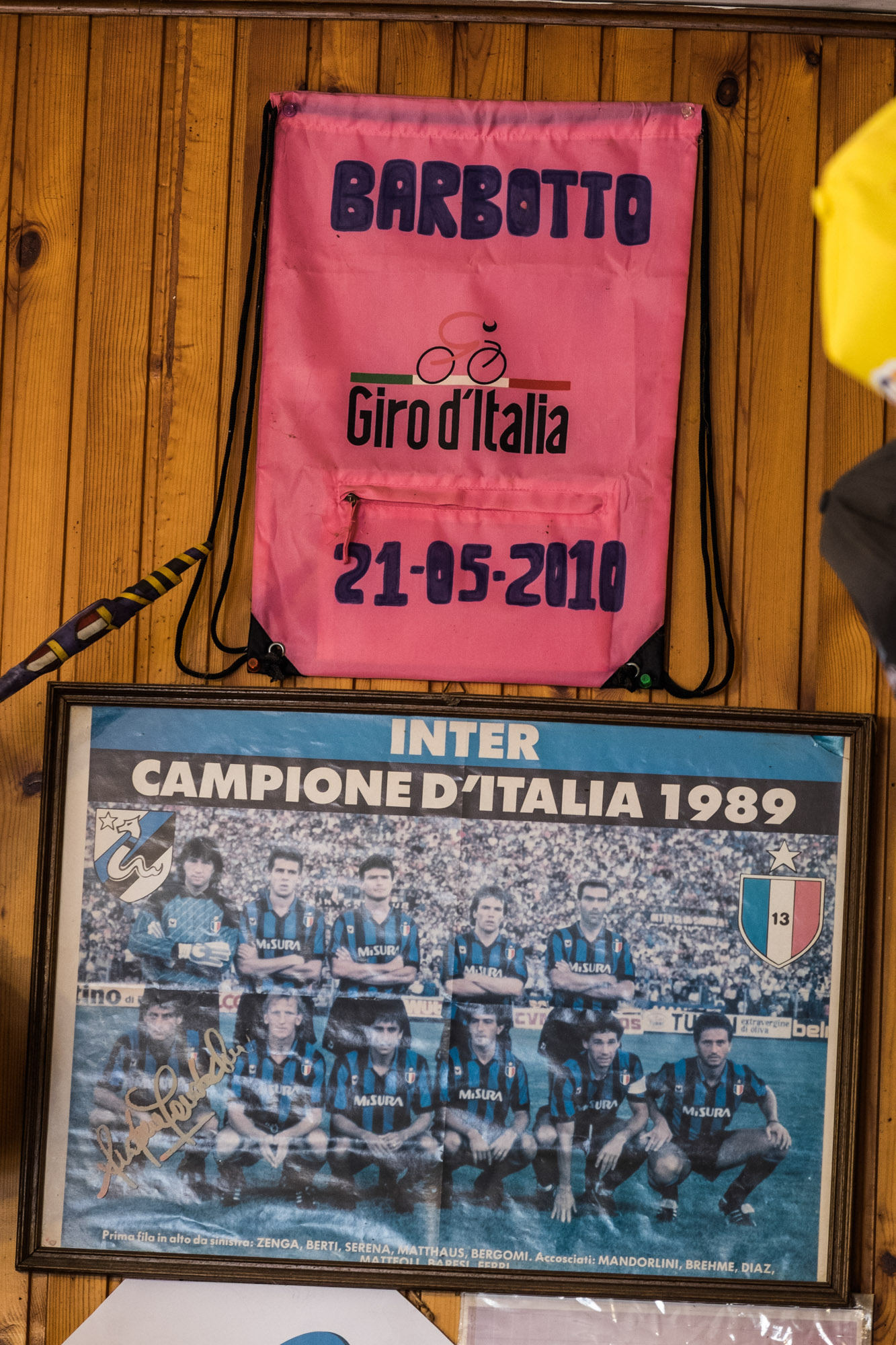 Ein Giro-d'Italia-Wimpel und ein Inter-Mailand-Mannschaftsfoto in einer Bar.