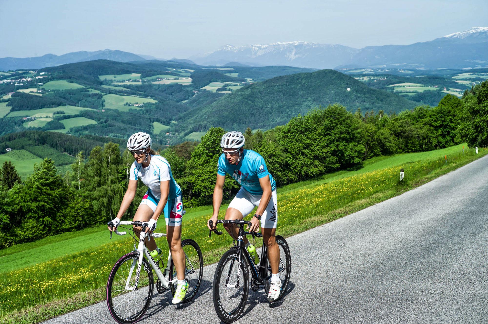 Zwei Rennradfahrer vor dem Panorama der Buckligen Welt