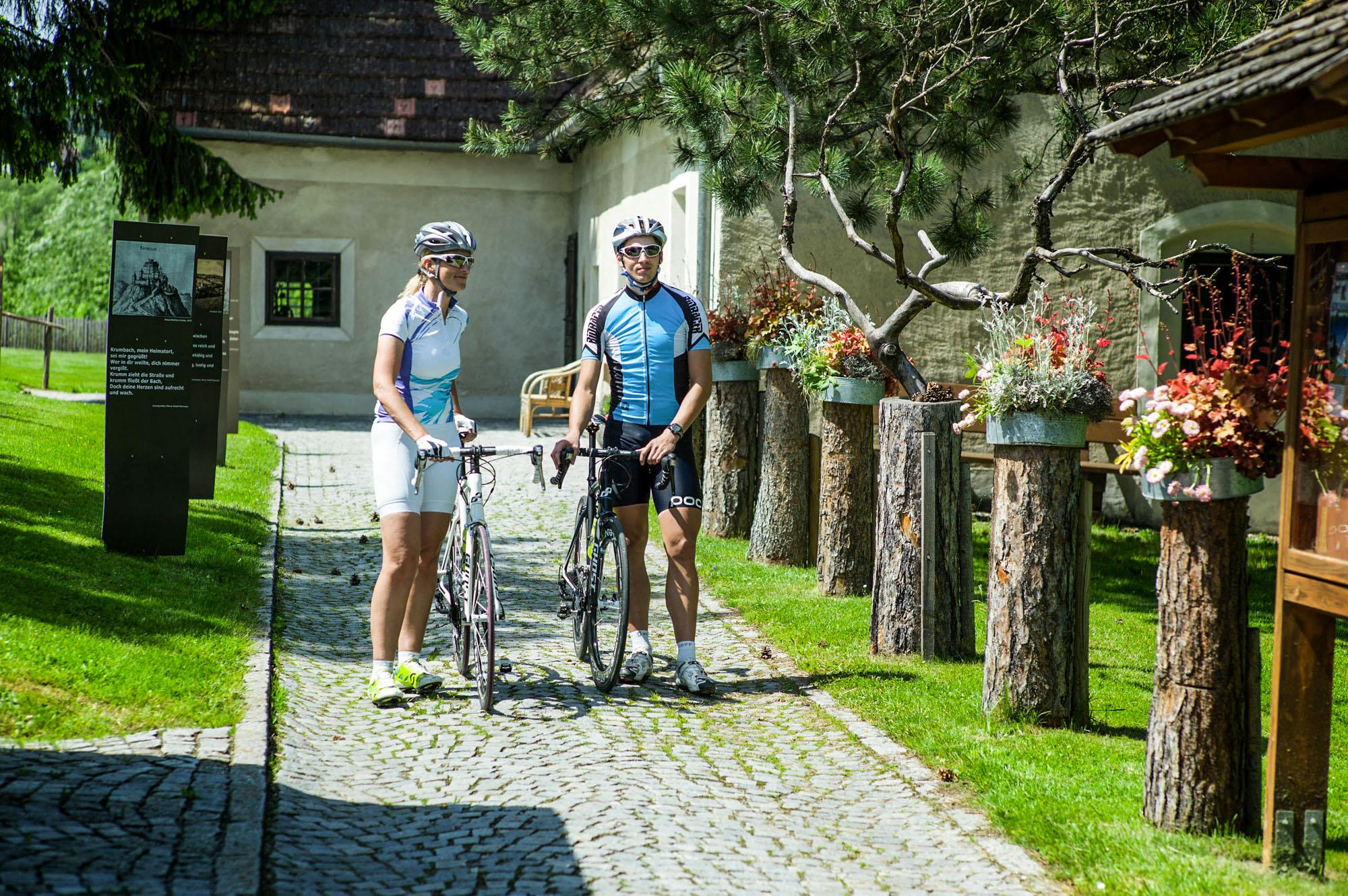Zwei Radfahrer im Museumsdorf in Krumbach