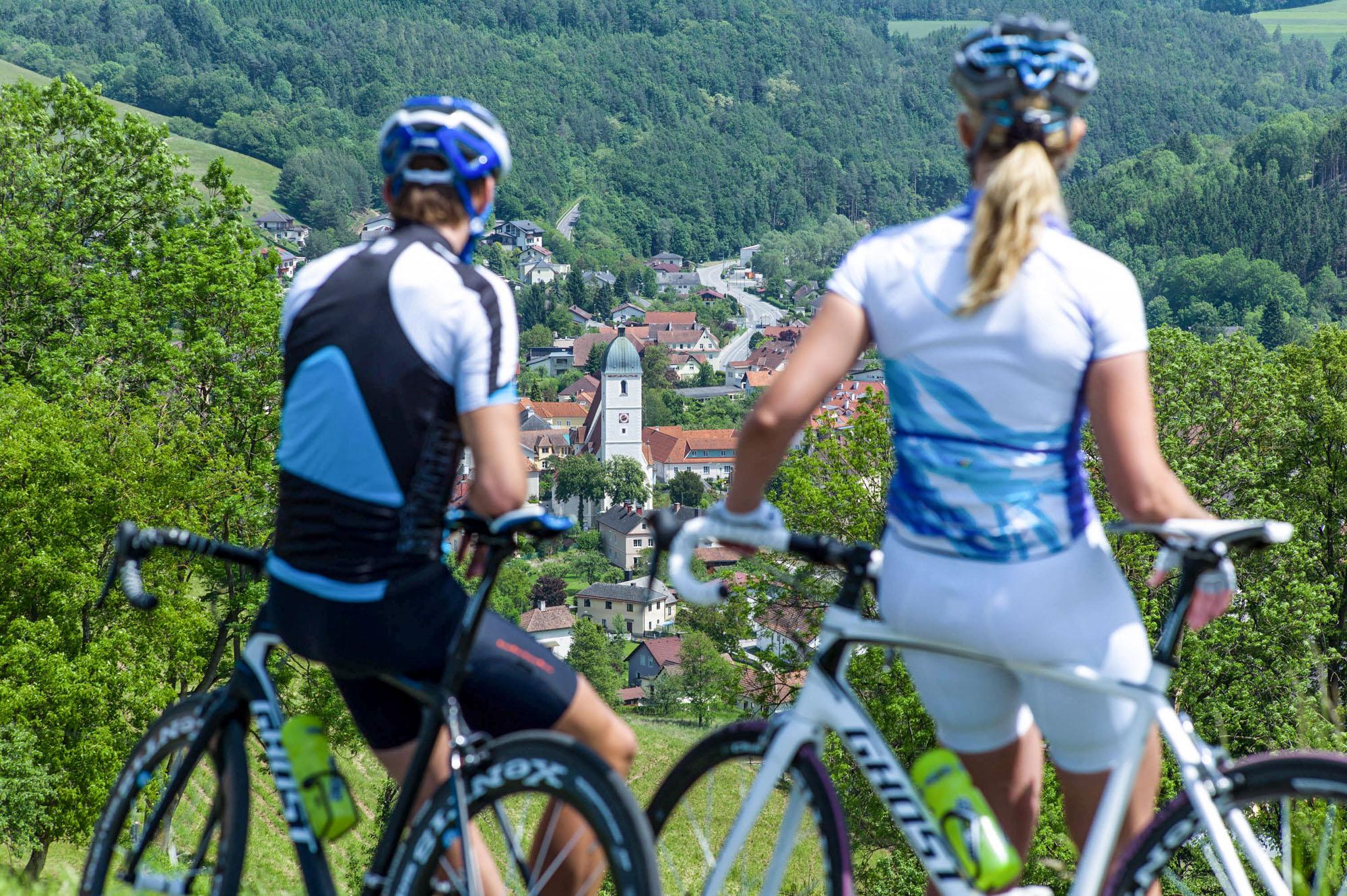 Zwei Radfahrer blicken ins Tal