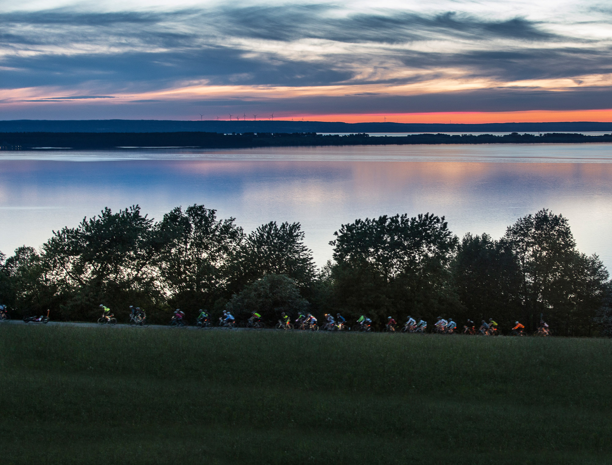 Eine Gruppe Rennradfahrer am Vätternsee