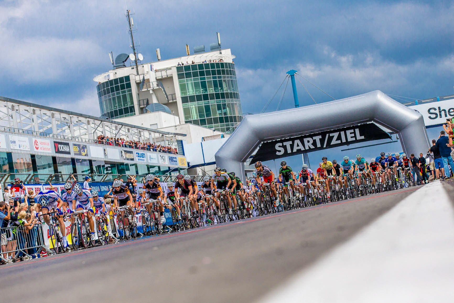 Tausende von Radfahrern am Start von Rad am Ring.