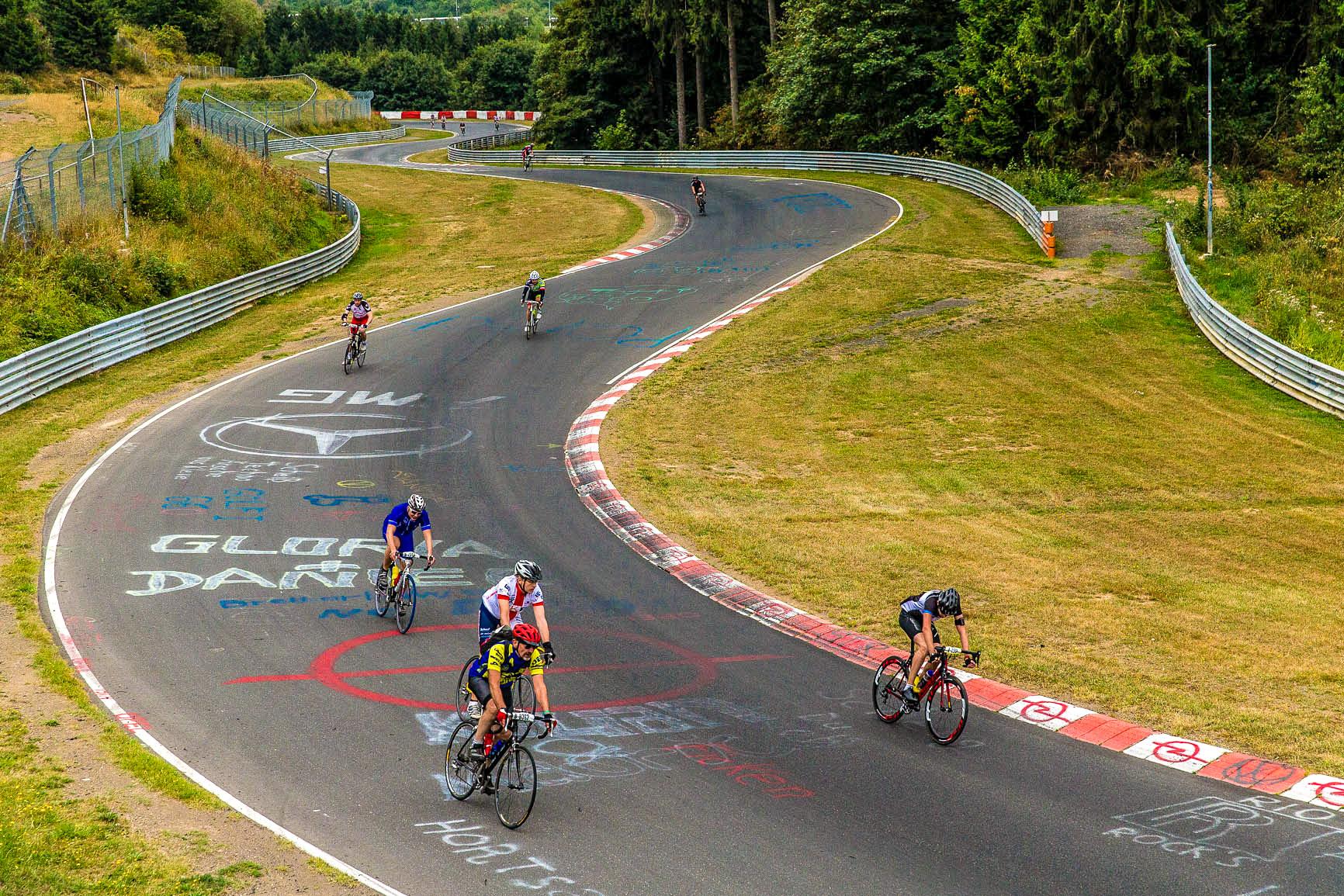 Auf der Rennstrecke beim 24-Stunden-Rennradrennen auf dem Nürburgring