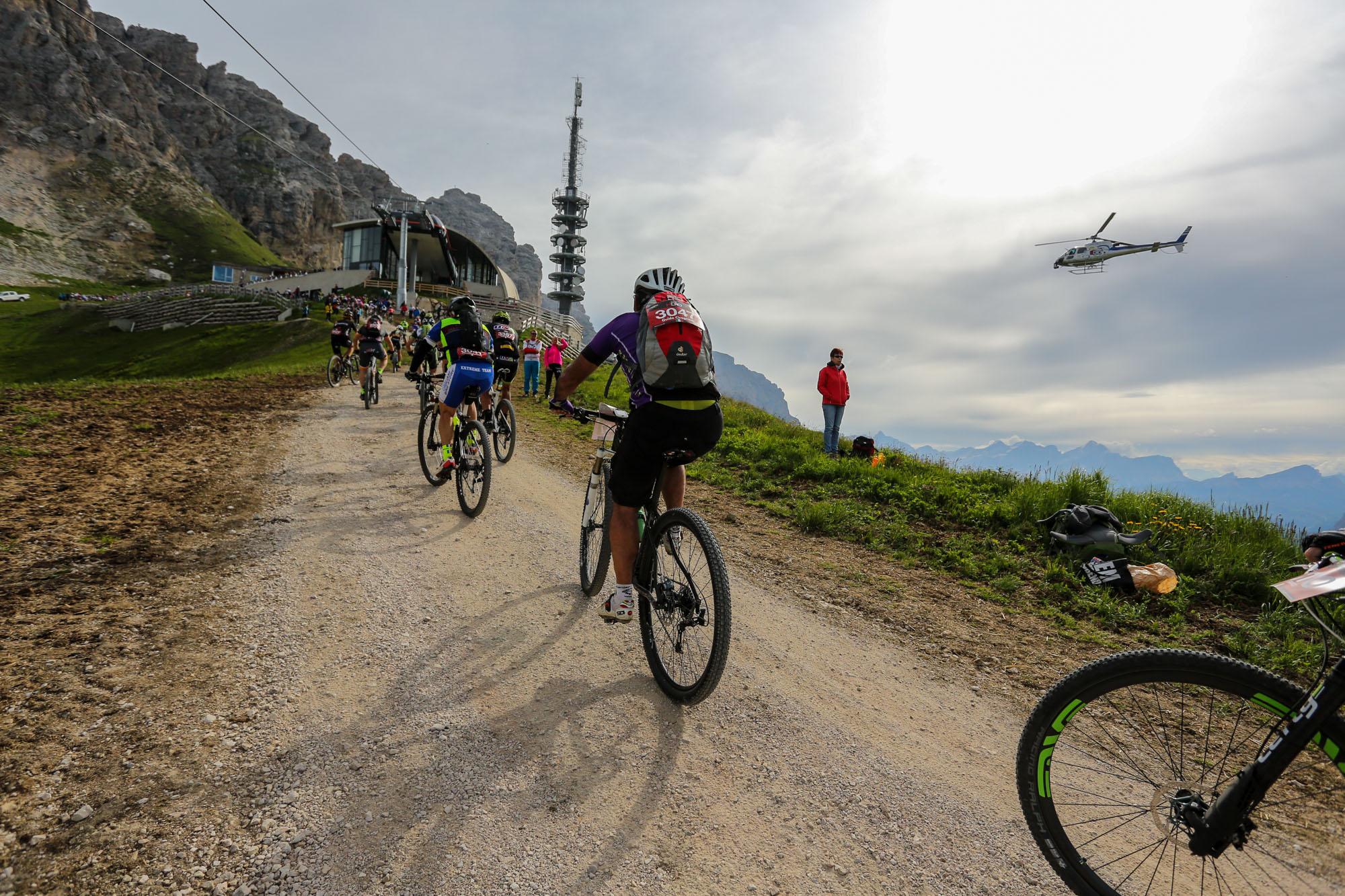 Eine Gruppe Mountainbiker fährt einen steilen Anstieg hoch.
