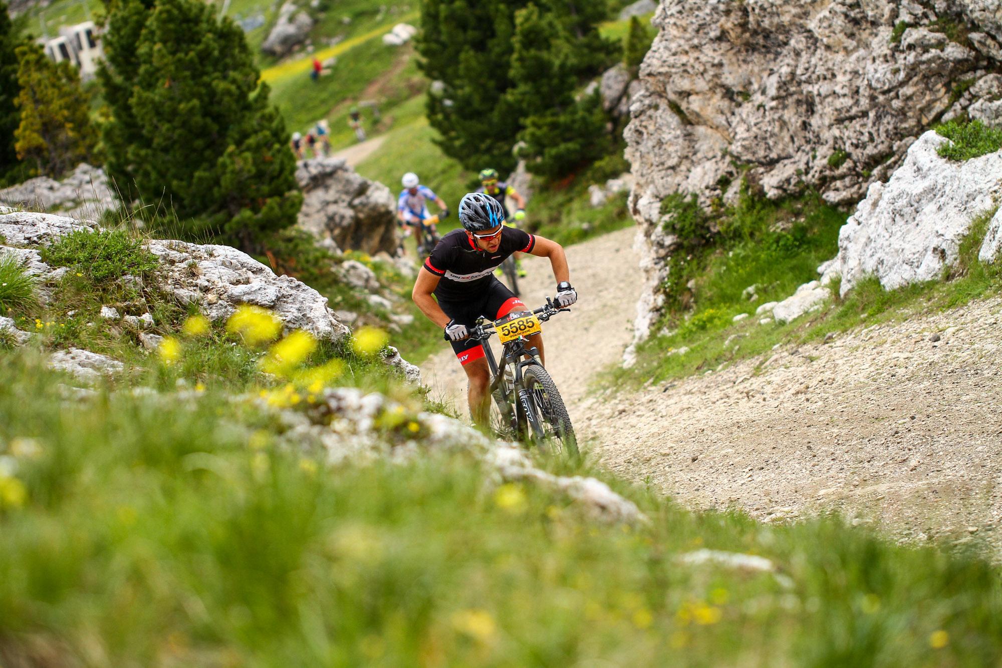 Eine Gruppe von Mountainbikern fährt steil den Berg hoch.