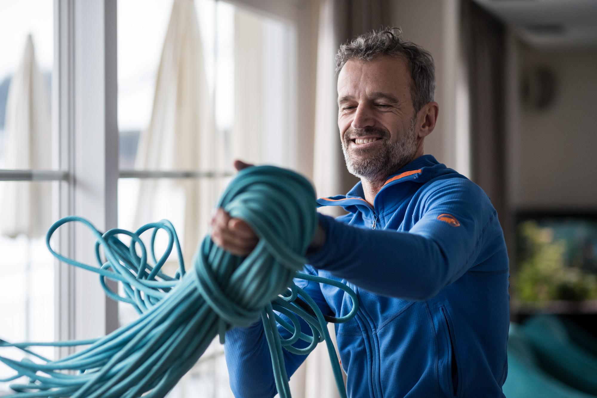 Christoph Kofler hält ein Kletterseil in den Händen