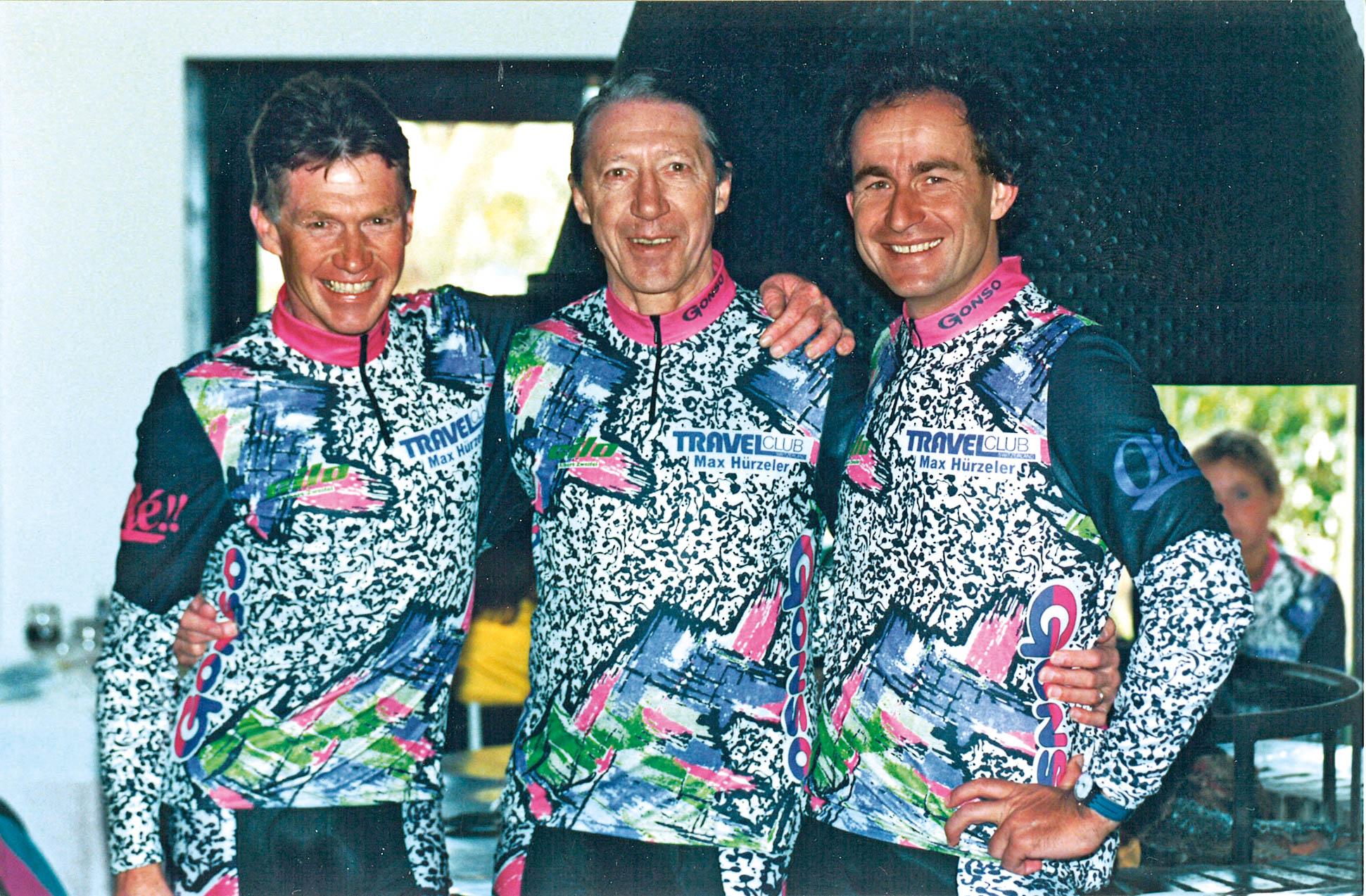 Max Hürzeler steht neben zwei Radsportlern