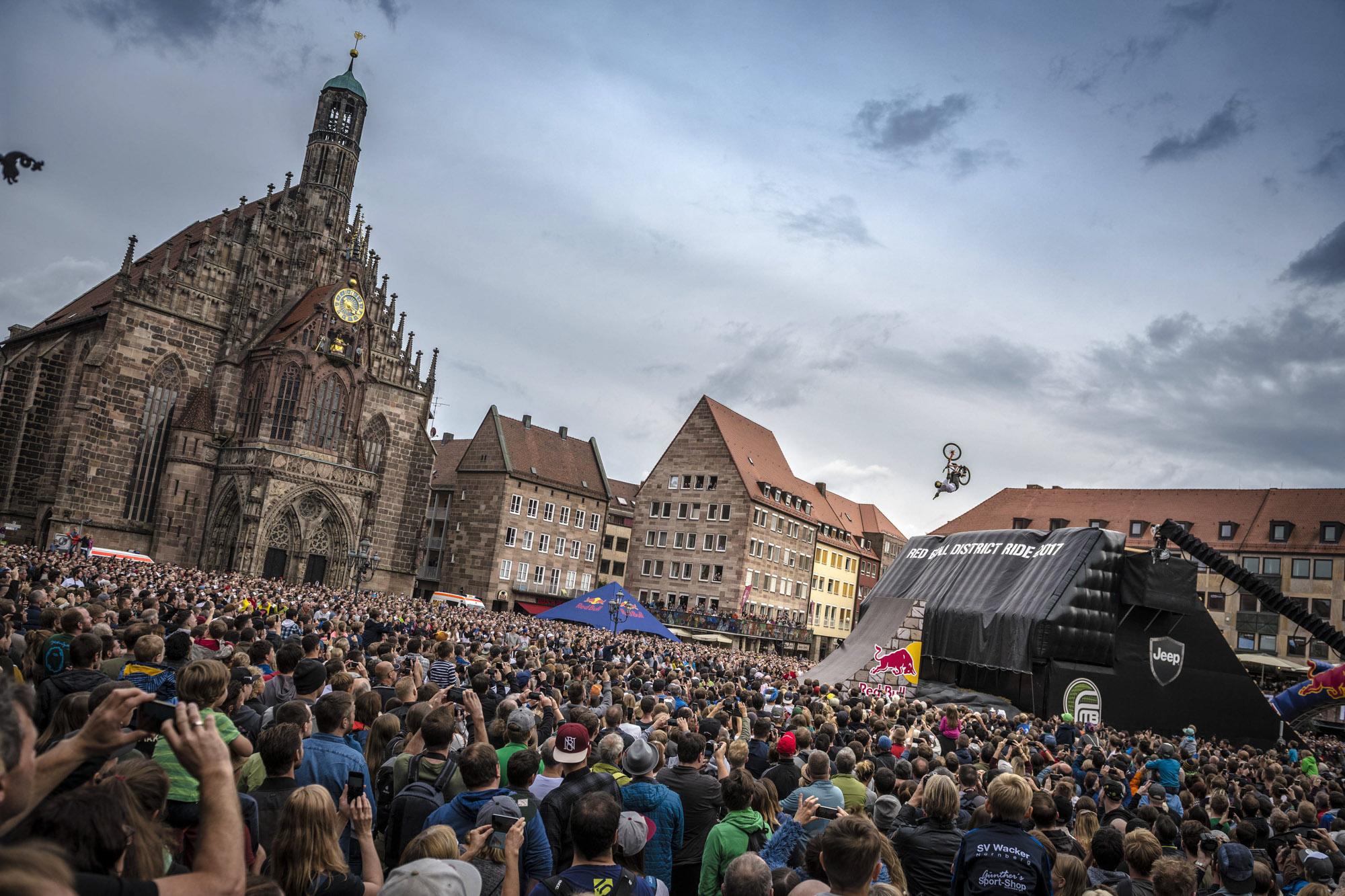 Menschenmassen schauen in Nürnberg den waghalsigen Sprüngen der Mountainbiker zu