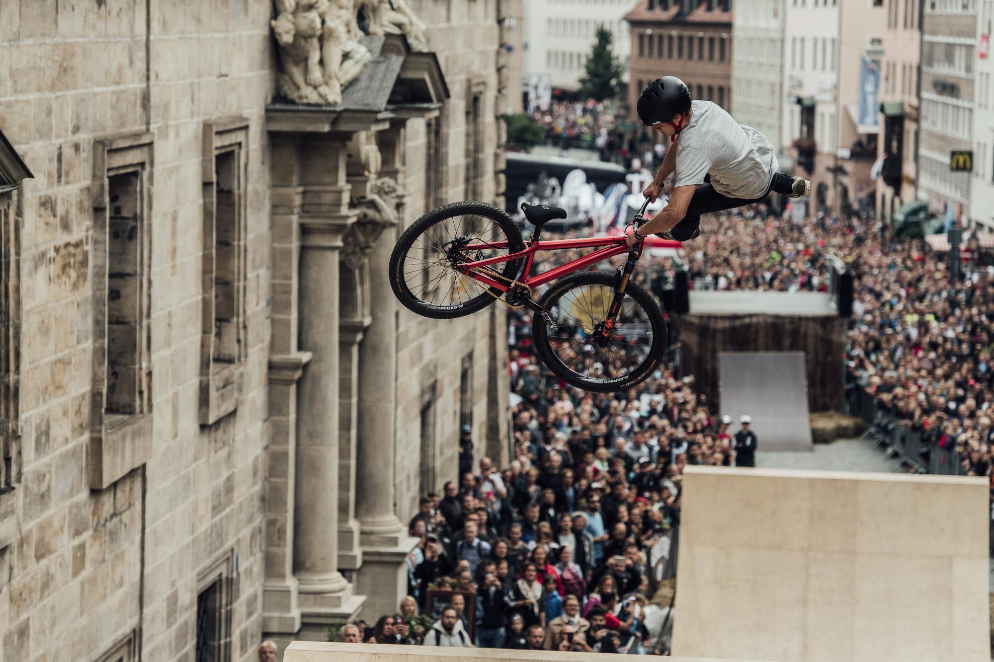 Erik Fedko mit einem spektakulären Sprung über dem Publikum