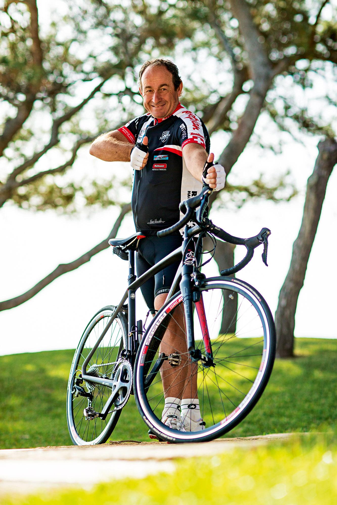 Max Hürzeler posiert mit seinem Fahrrad