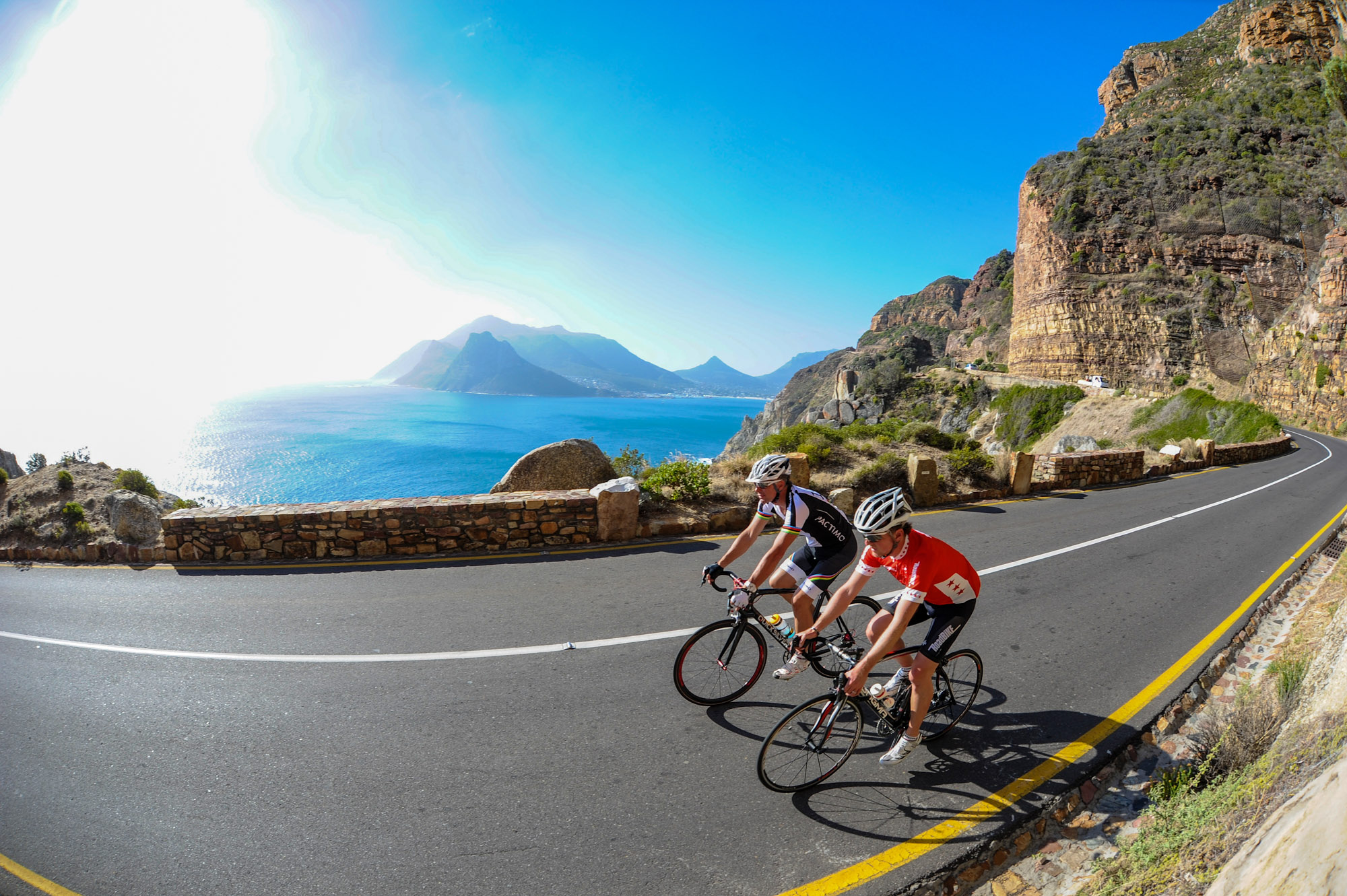 Jens Vögele und Mike Kluge fahren am Chapman's Peak Drive Rennrad
