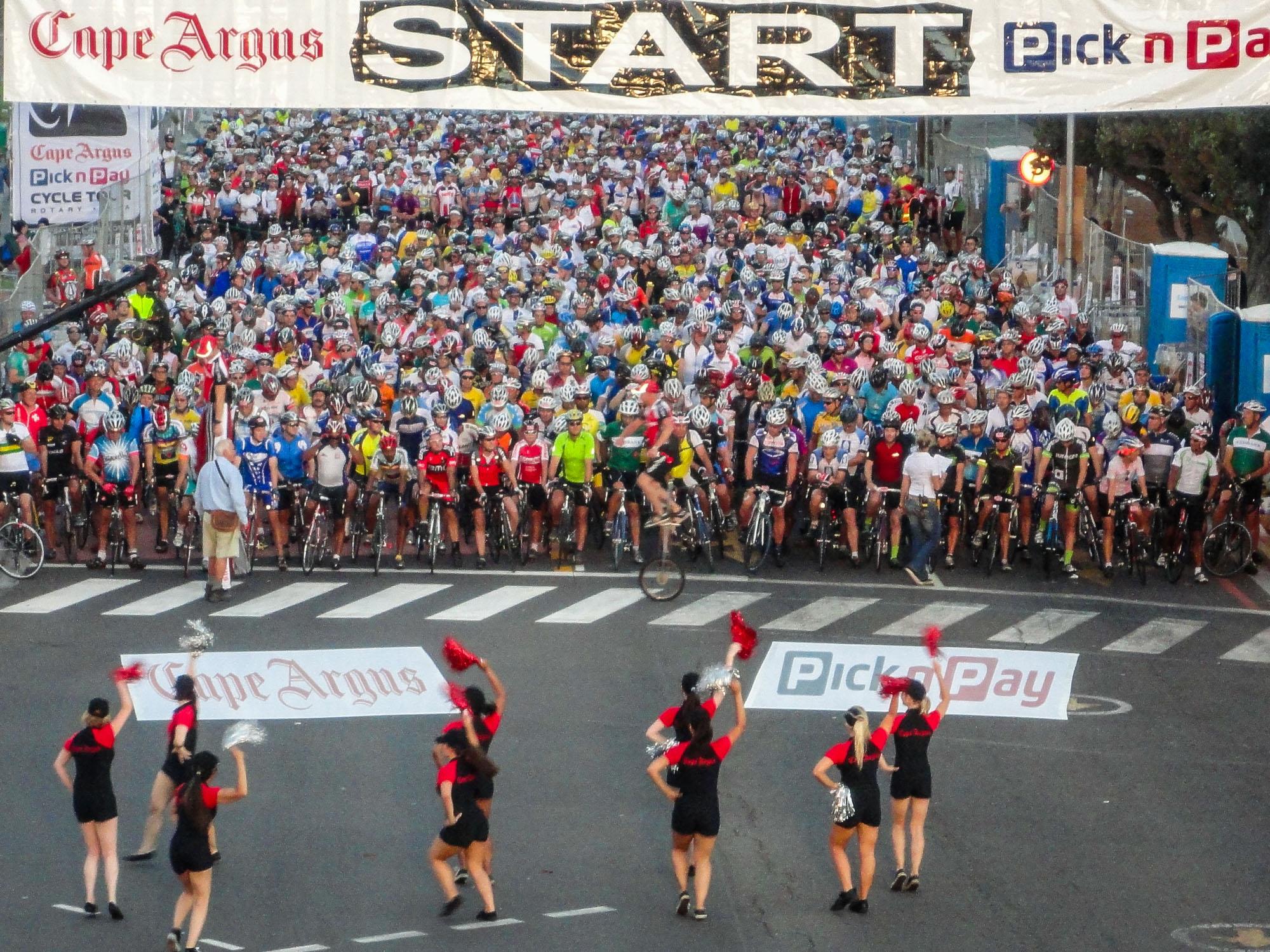 Unzählige Radfahrer stehen am Start der Cape Argus Cycle Tour