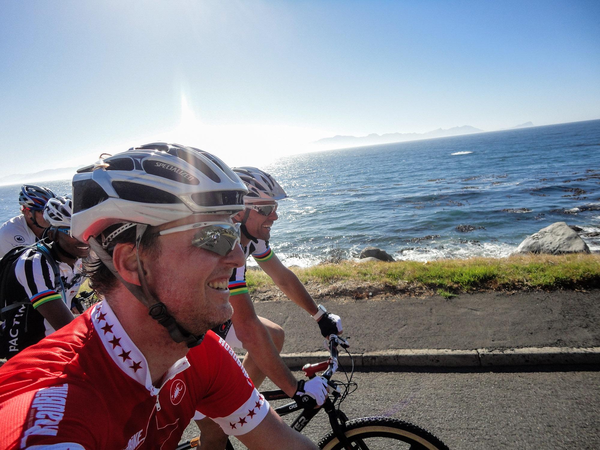 Beim Cape Argus: Wir fahren mit den Rädern direkt neben dem Meer