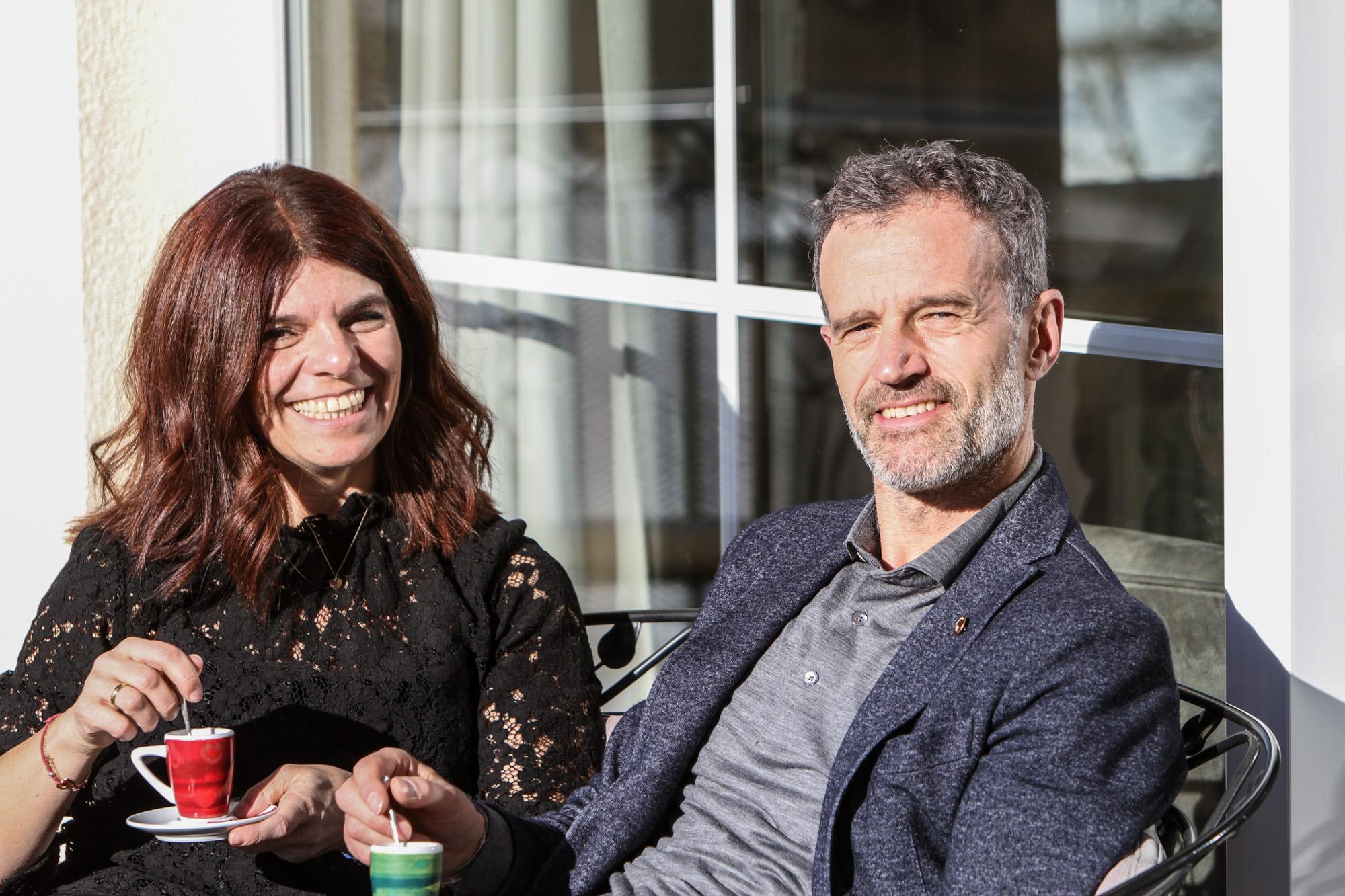 Christoph Kofler sitzt neben seiner Frau Beatrix in der Sonne