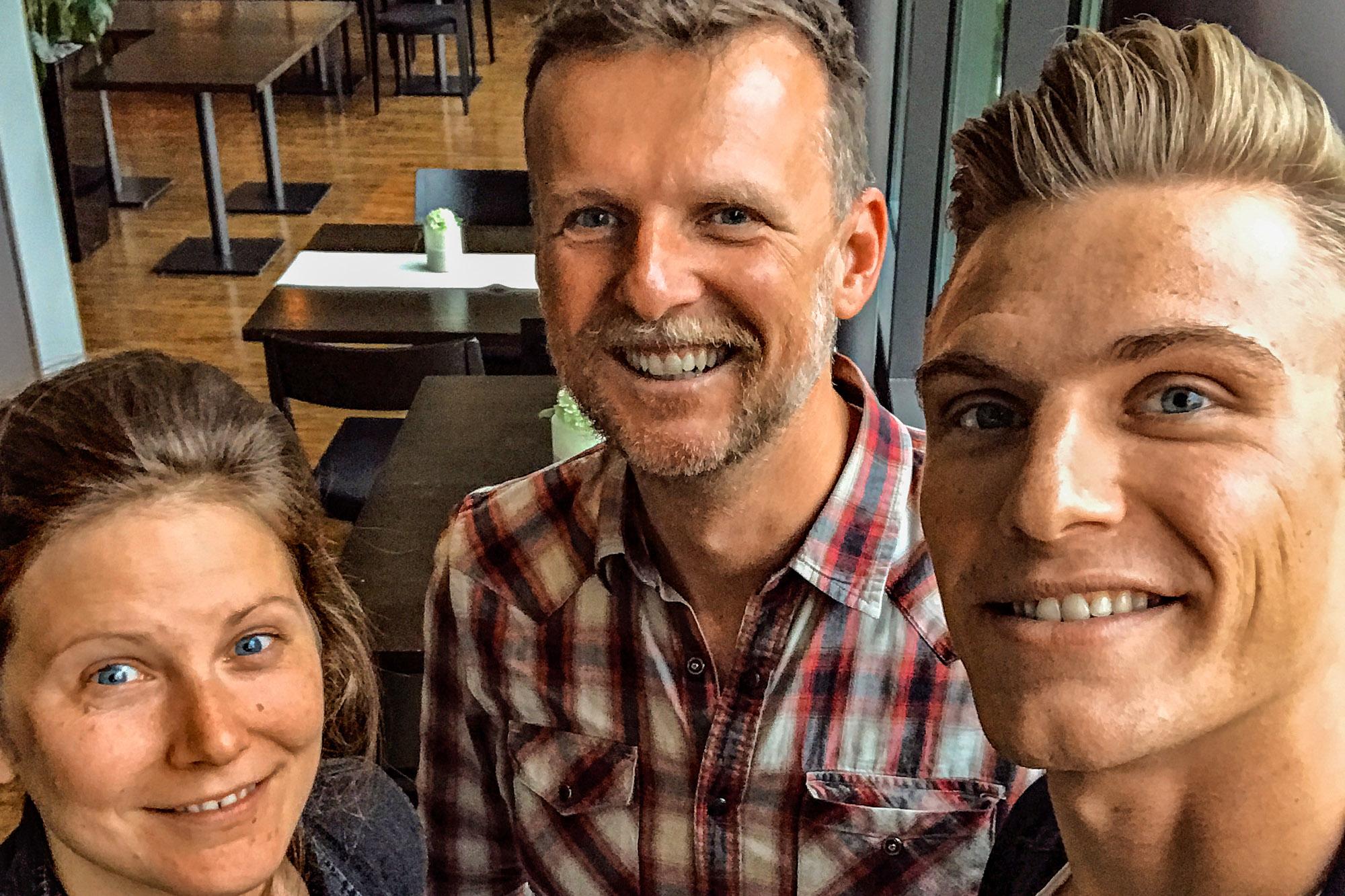Jens Vögele und Christiane Rauscher überreichen Marcel Kittel den Preis zum Biker des Jahres 2017