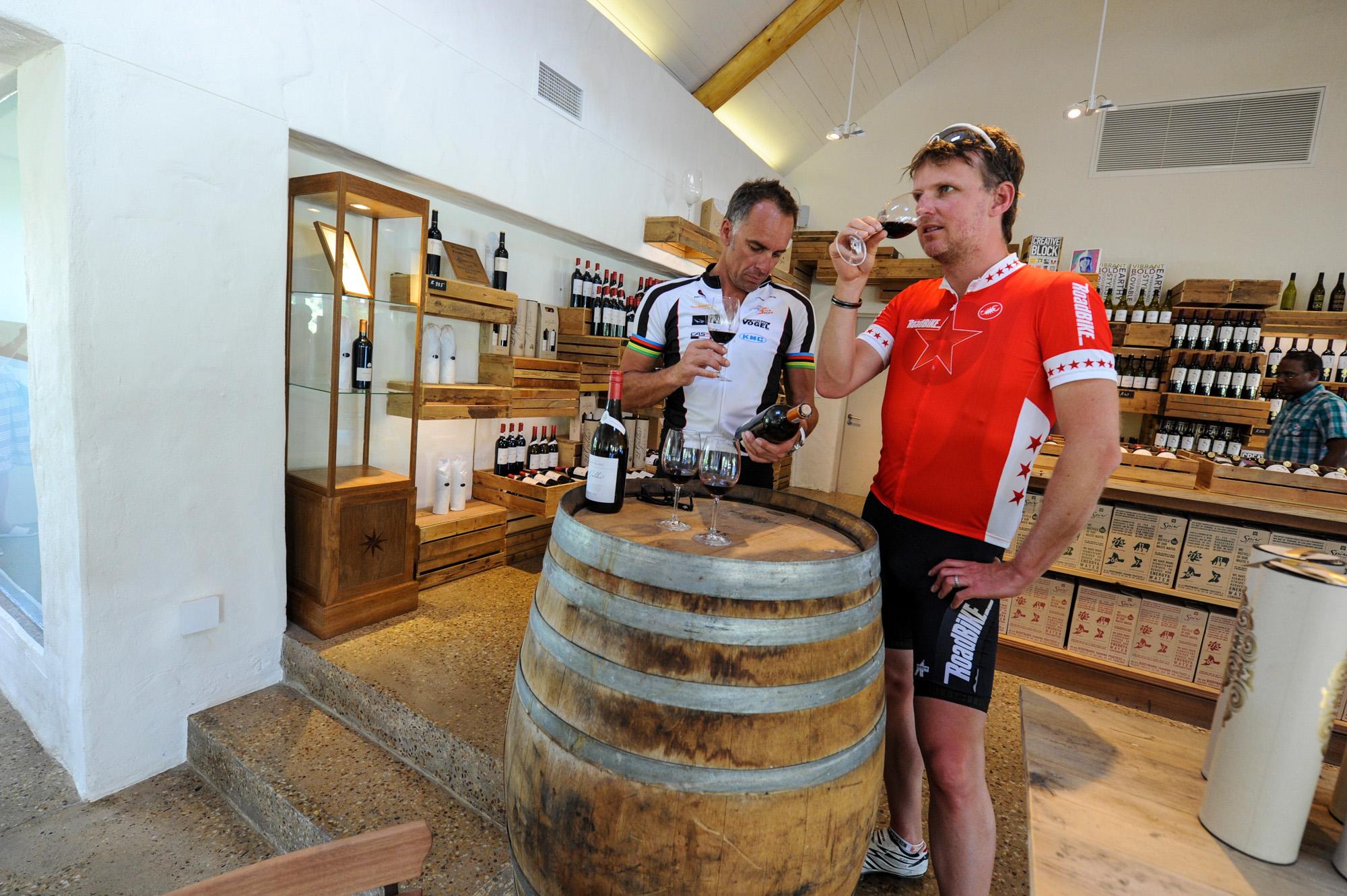 Jens Vögele und Mike Kluge bei einer Weinprobe
