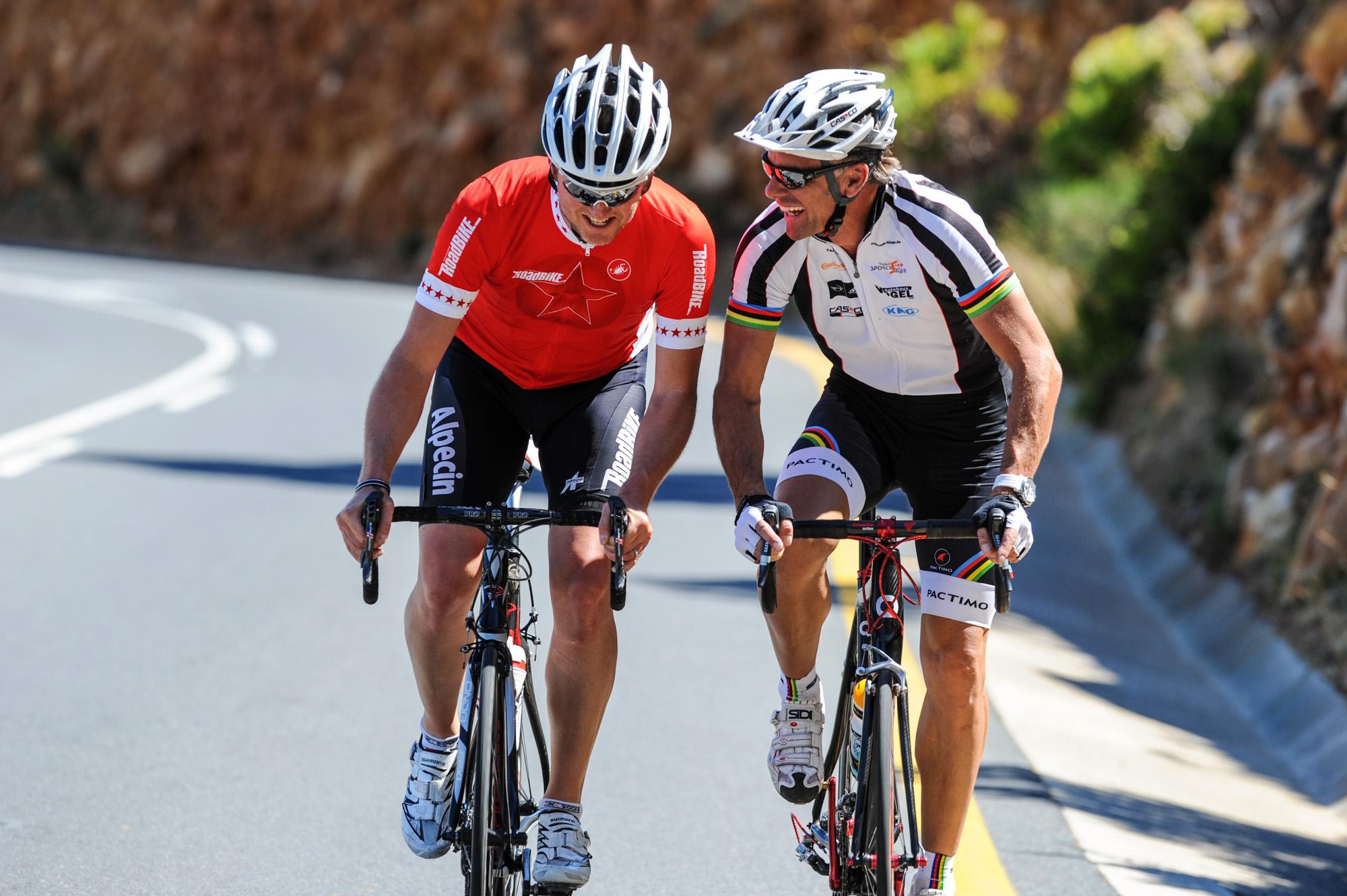Jens Vögele und Mike Kluge fahren nebeneinander Rennrad